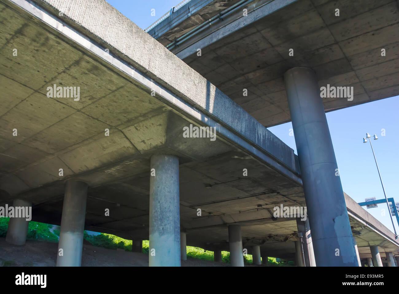 Autostrada sopraelevata ponti di cemento criss-cross come visto dal di sotto. Immagini Stock
