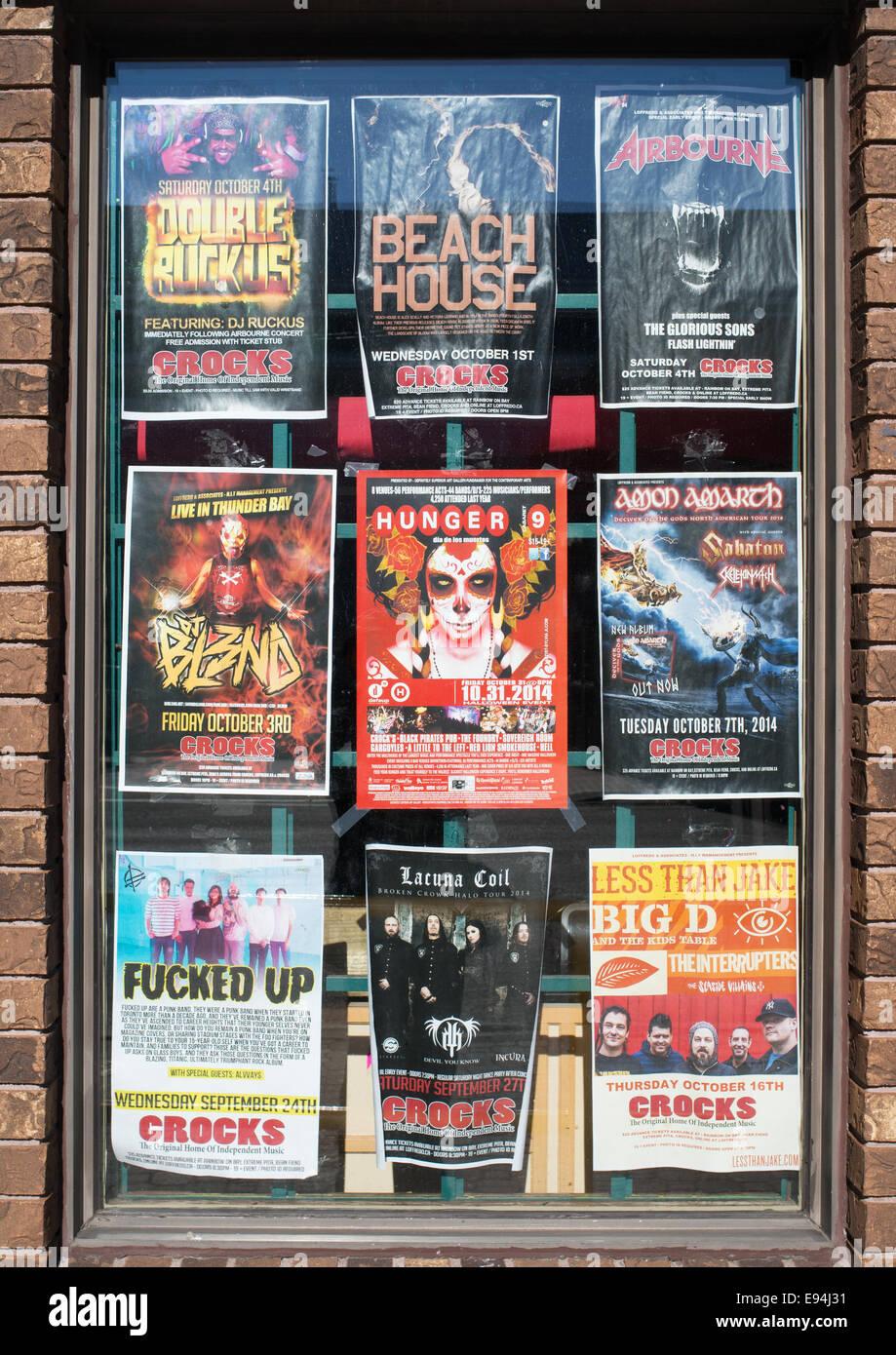 Poster mostra bande che hanno giocato a rende inabile al lavoro, casa della musica indipendente, a Thunder Bay, Immagini Stock