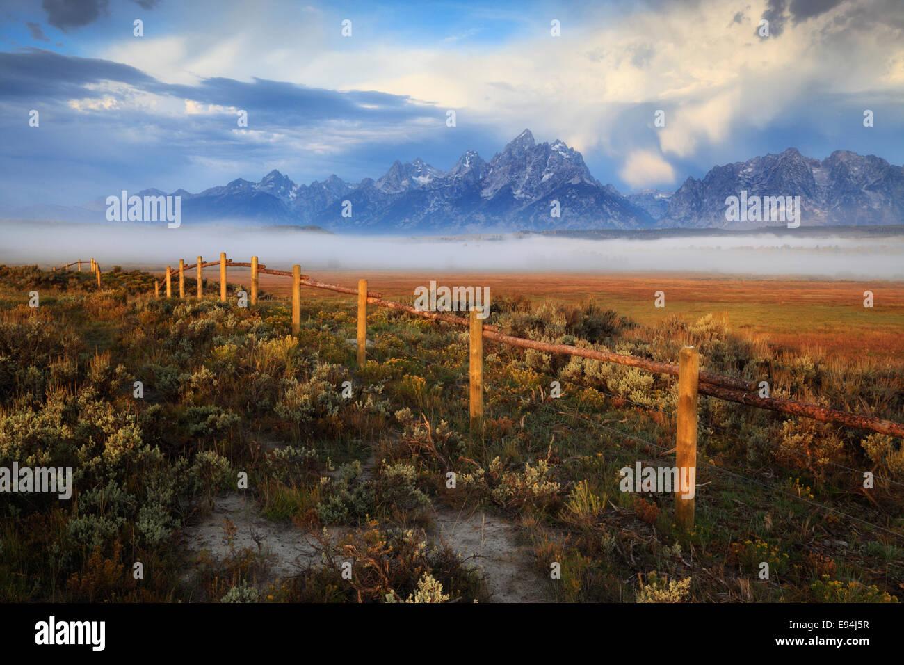 Drammatica Teton mountain range vicino al triangolo X ranch nel Parco Nazionale di Grand Teton, Wyoming Immagini Stock
