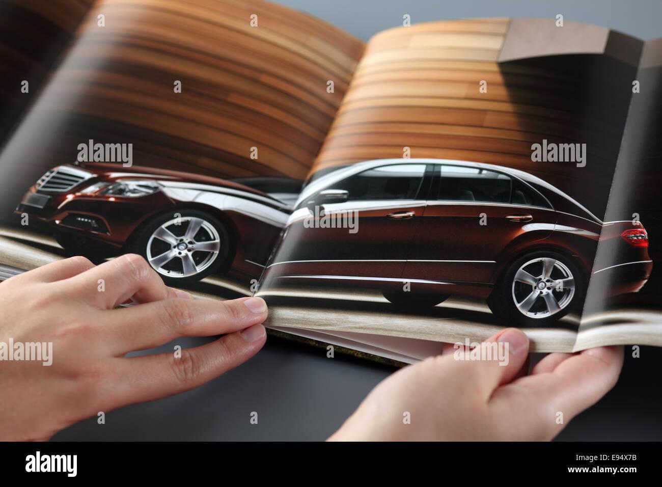 Tambov, Federazione Russa - 3 novembre 2012 Donna esplora un catalogo di una Mercedes-Benz concessionaria auto. Immagini Stock