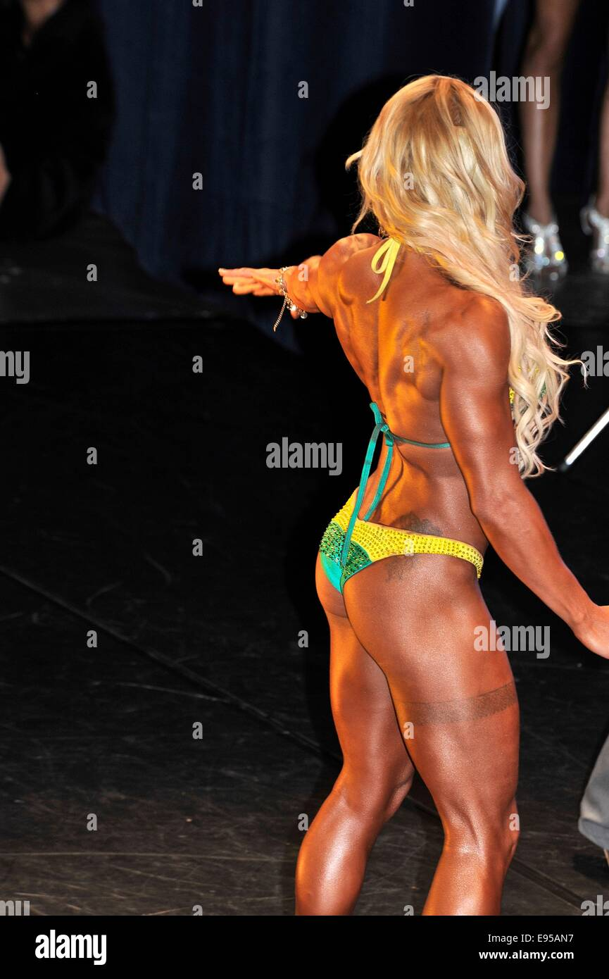 Roosendahl, Paesi Bassi. Xix oct, 2014. Concorrente femmina che mostra la sua migliore al bodybuilding e fitness Immagini Stock