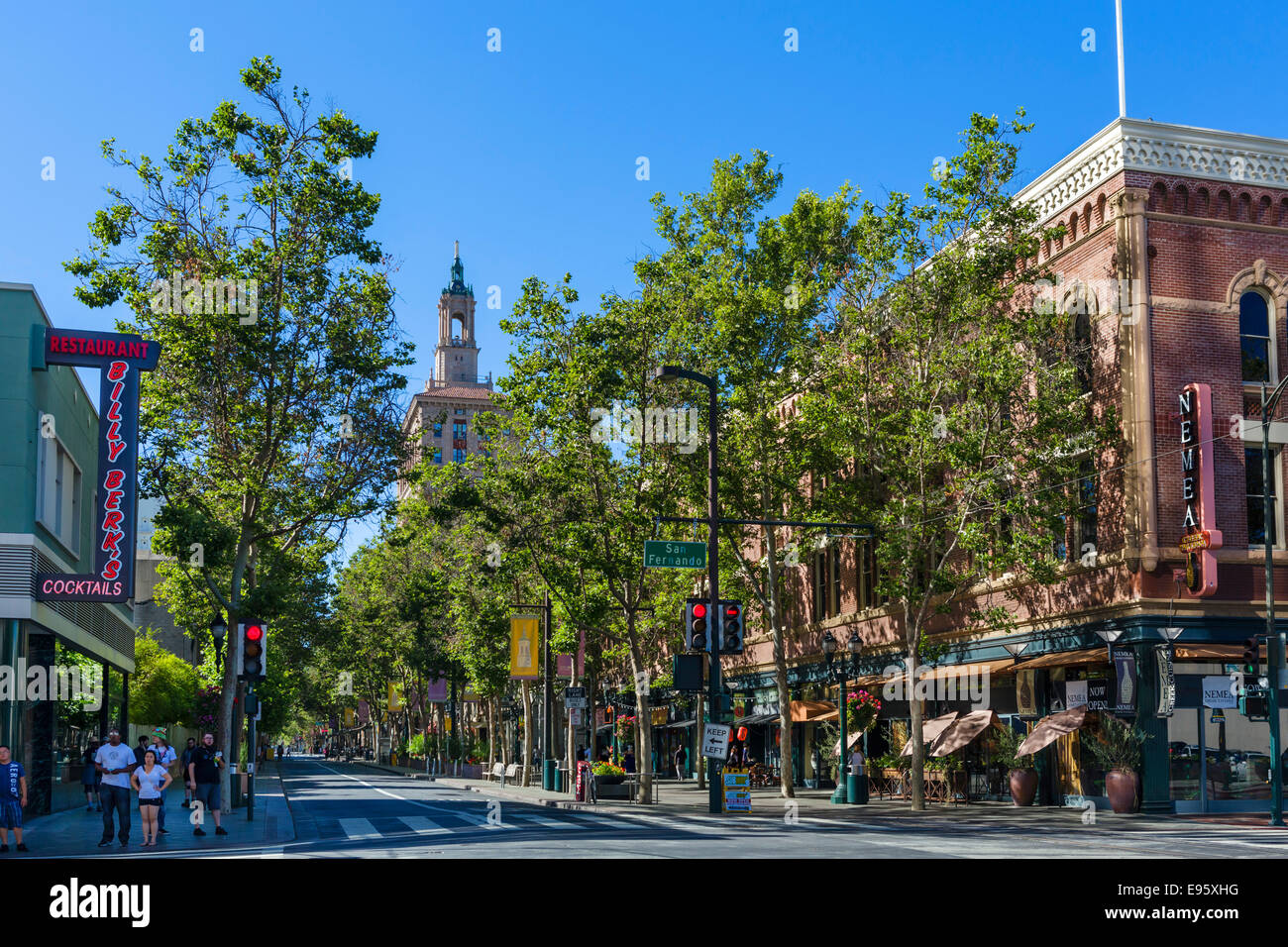 Visualizza in basso prima strada S a intersezione con San Fernando Street nel centro cittadino di San Jose, la Contea Immagini Stock