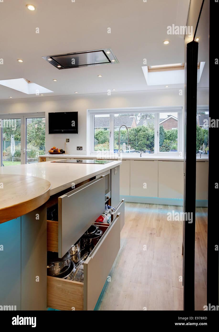 Una cucina di una casa nel Regno Unito con un paio di cassetti ...