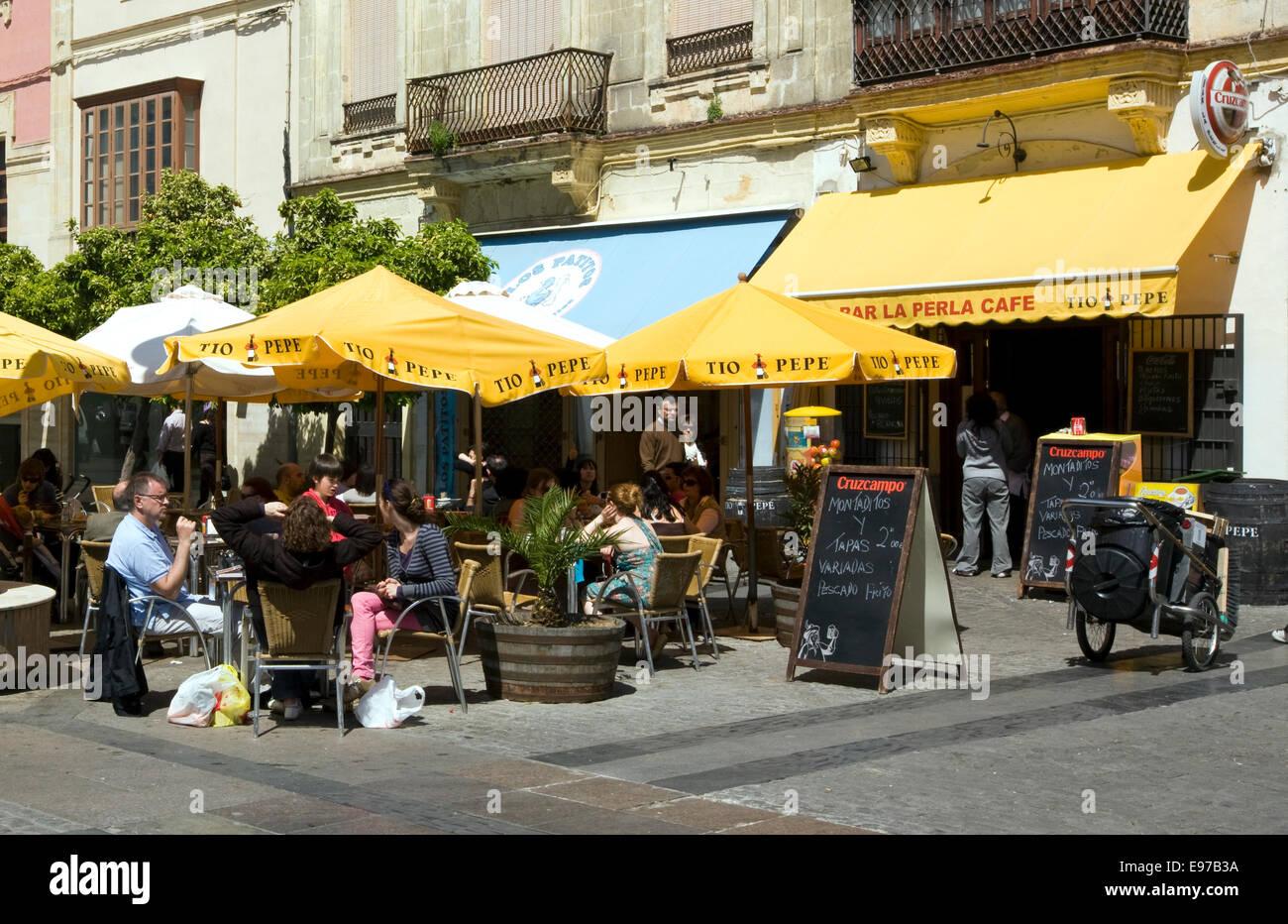 Al di fuori del cafè nel centro storico di Jerez de la Frontera Foto Stock