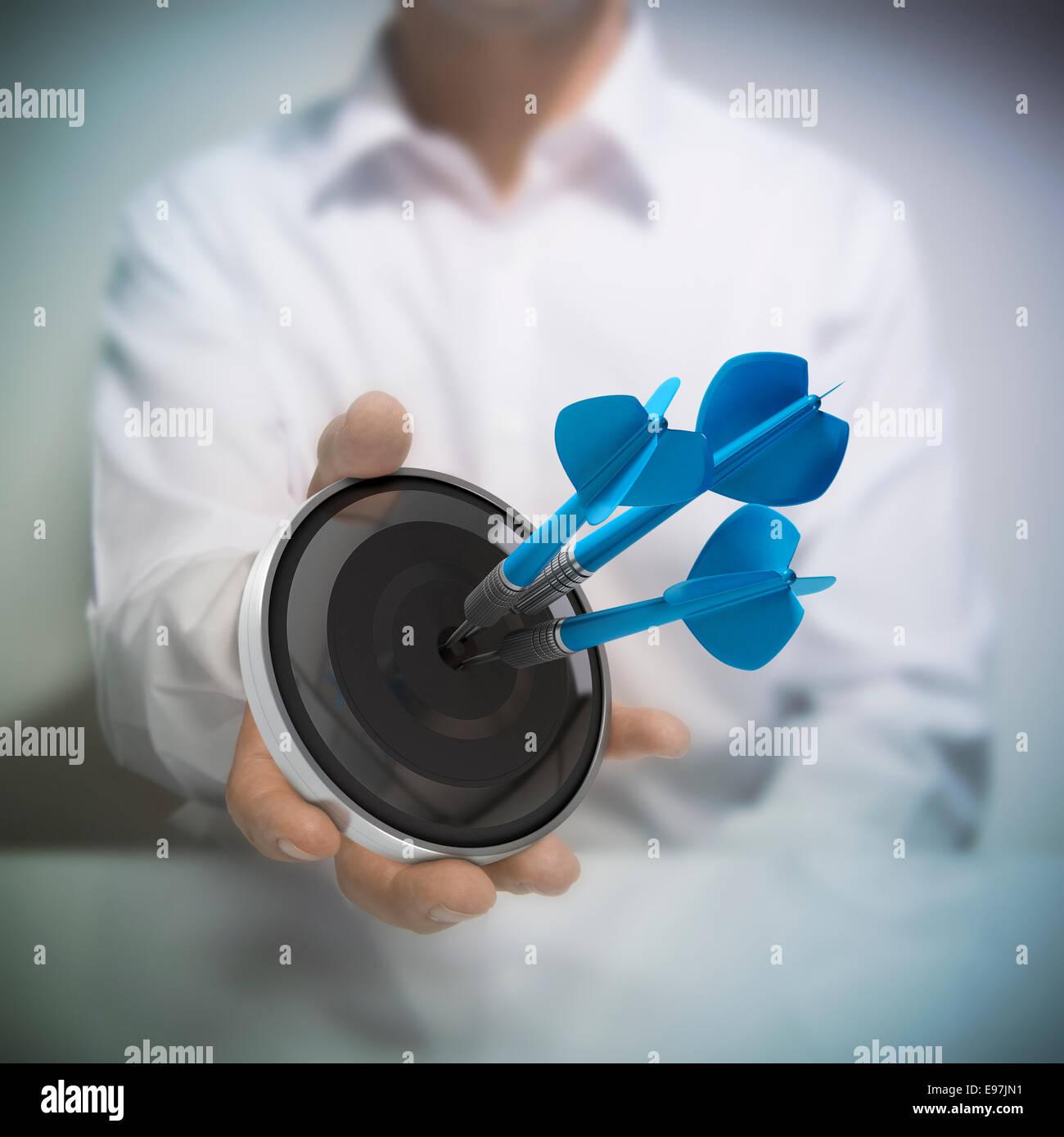 Uomo di trattenimento sul bersaglio nero con tre blu freccette di colpire il centro. Concetto di immagine per immagine Immagini Stock
