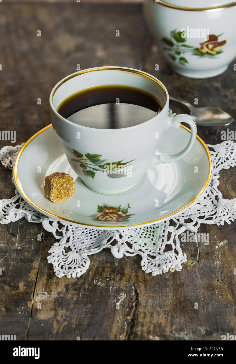 Una tazza di caffè su di un tavolo di legno Immagini Stock