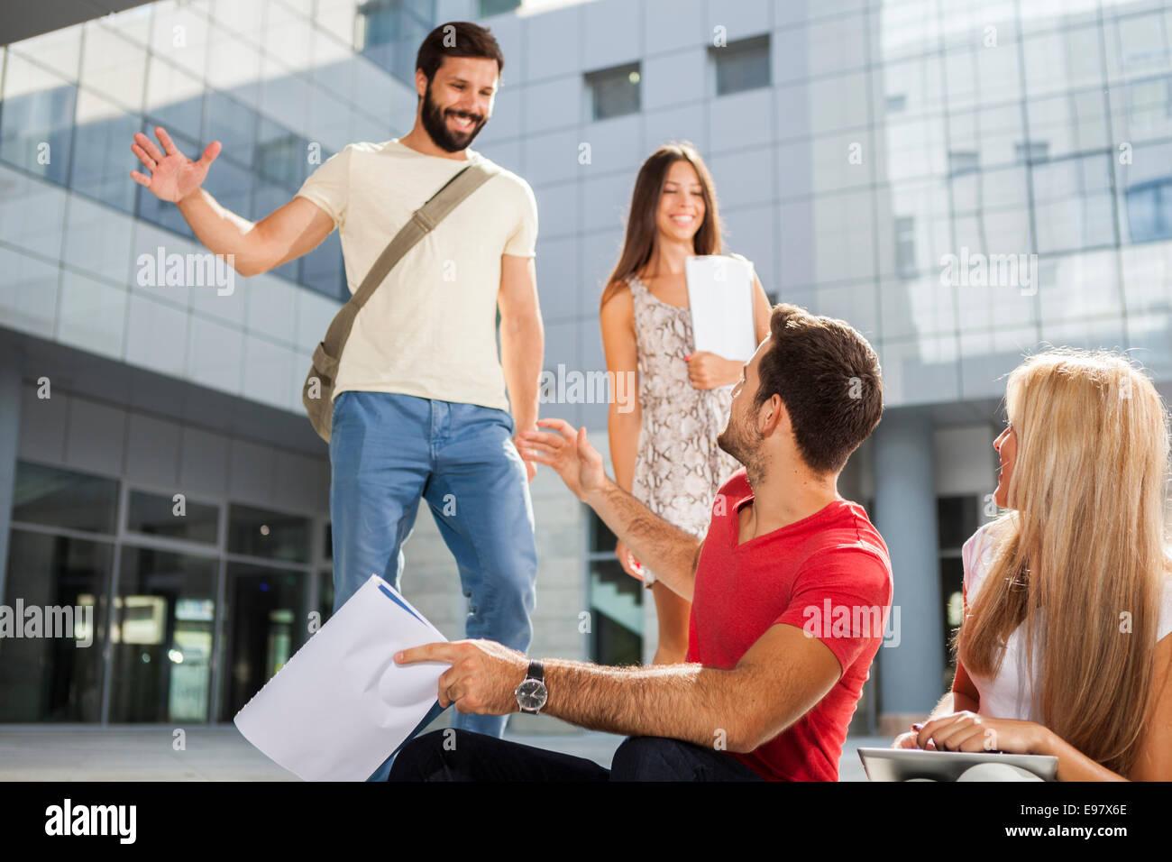Gruppo di studenti sul campus Immagini Stock