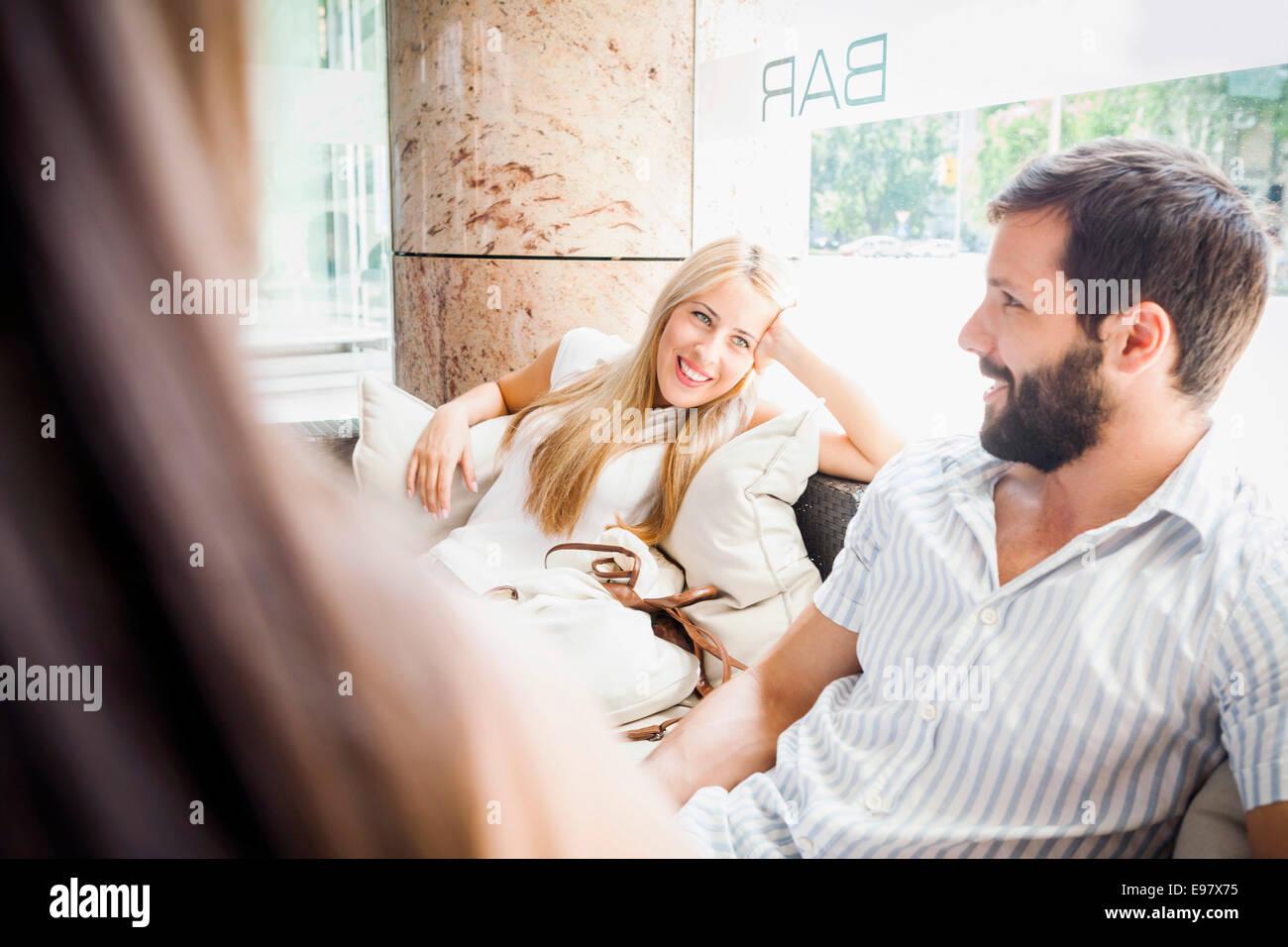 Coppia giovane prendendo una pausa in un cafe Immagini Stock