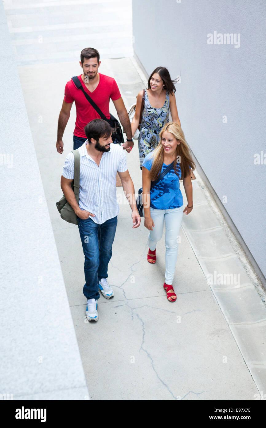 Un gruppo di studenti universitari a piedi lungo i campus Immagini Stock