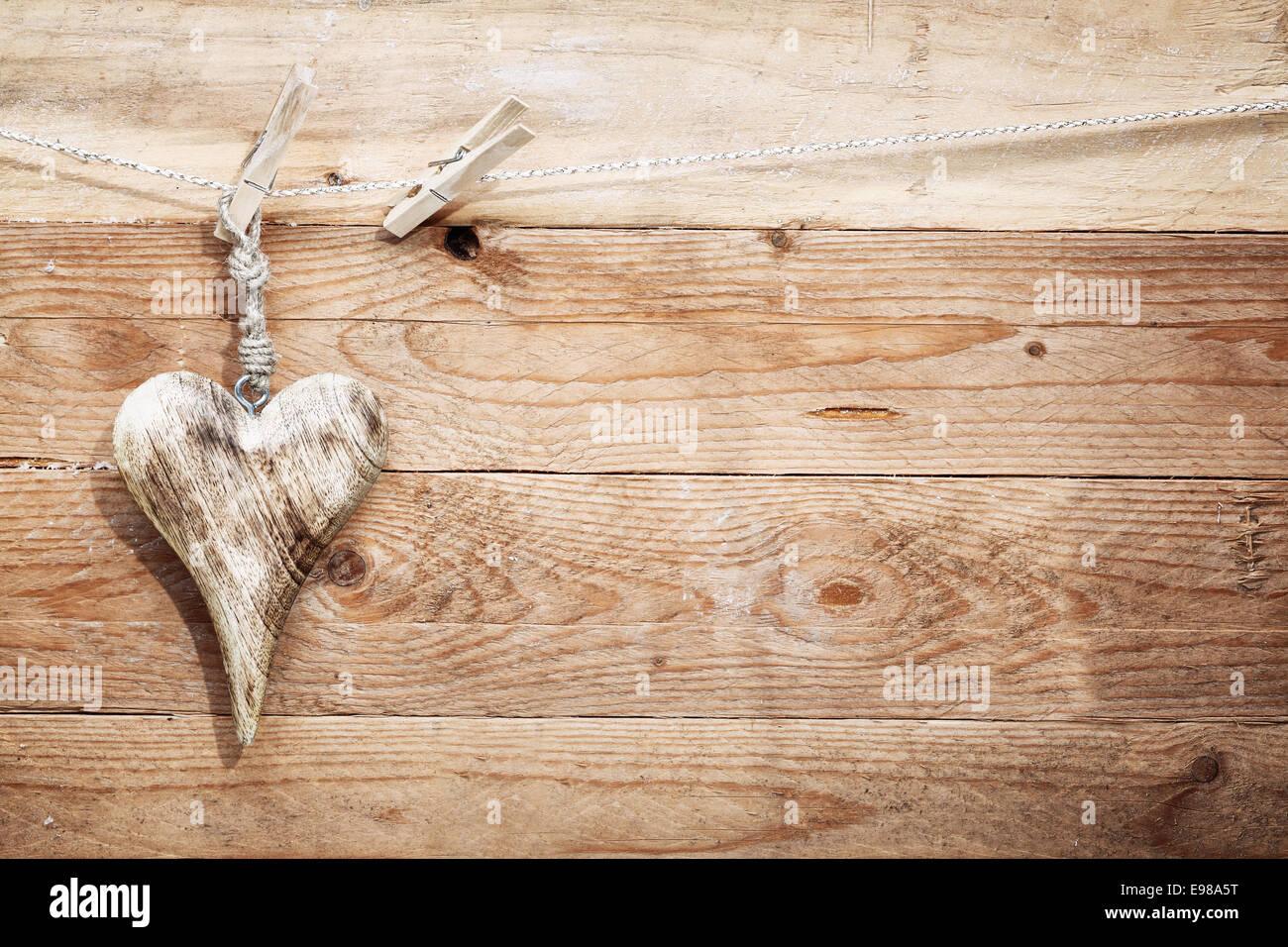 Splendida E Romantica In Legno Rustico Nel Cuore Con Una Forma Allungata Appeso Da Una Stringa Da Un Clothespeg Contro Testurizzato Di Tavole Di Legno Con Copyspace Per Il Tuo San Valentino