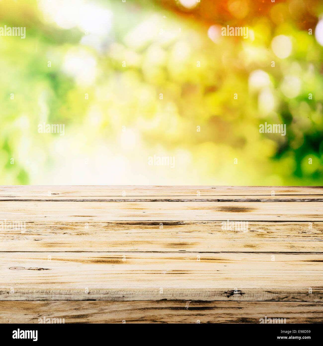 Primo Piano Della Parte Superiore Di Un Vuoto Di Un Tavolo Di Legno In Un Paese Giardino D Estate Immerso Nella Luce Del Sole Dorato Con Spazio Per La Collocazione Di Prodotti O