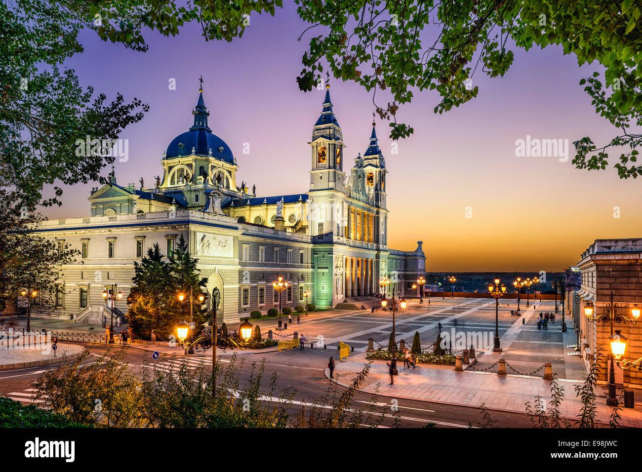 Madrid, Spagna presso la cattedrale di Almudena e il Palazzo Reale. Immagini Stock