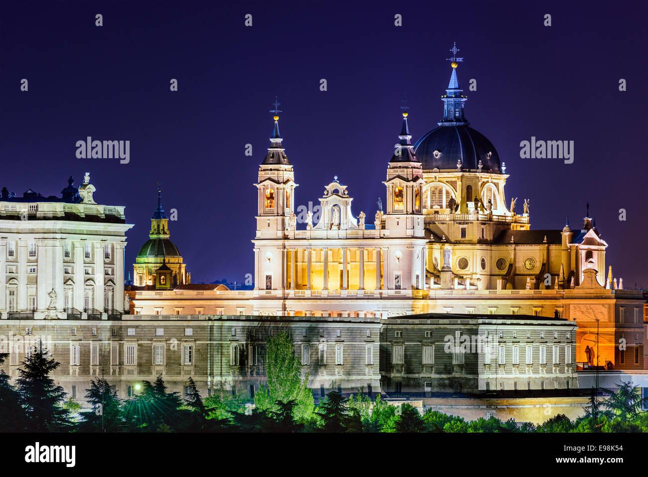 Madrid, Spagna skyline a Santa Maria la Real de La Almudena Cattedrale e il Palazzo Reale. Immagini Stock