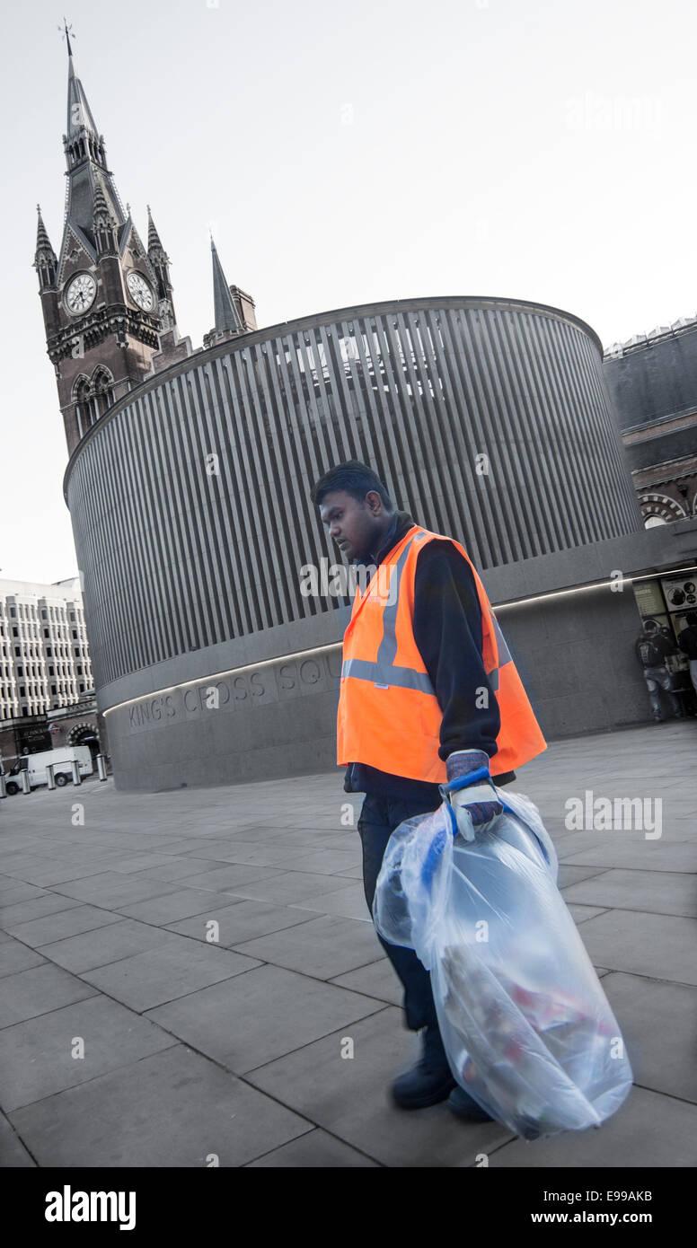 Pulitore di via Londra alta visibilità giacca. detergente per stazione Immagini Stock