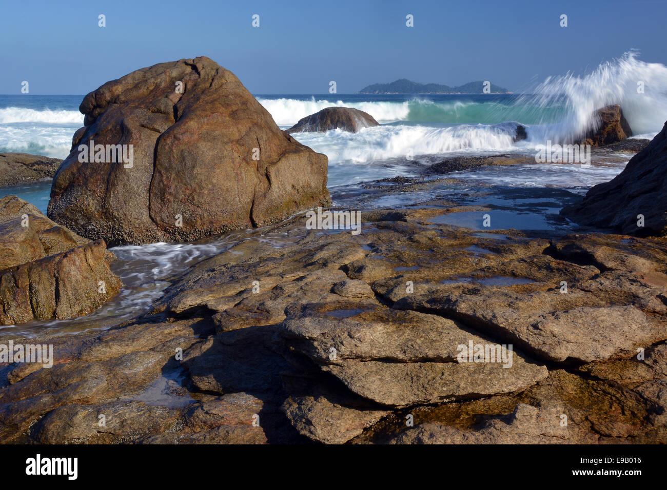Si gonfiano sulla costa rocciosa di lopes mendes beach, Ilha Grande, stato di Rio de janeiro, Brasile Immagini Stock