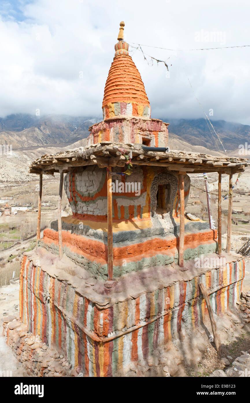 Decorato in maniera colorata stupa buddisti, Tashi Choling Gompa, Geling, Ghiling, Mustang superiore, Nepal Immagini Stock