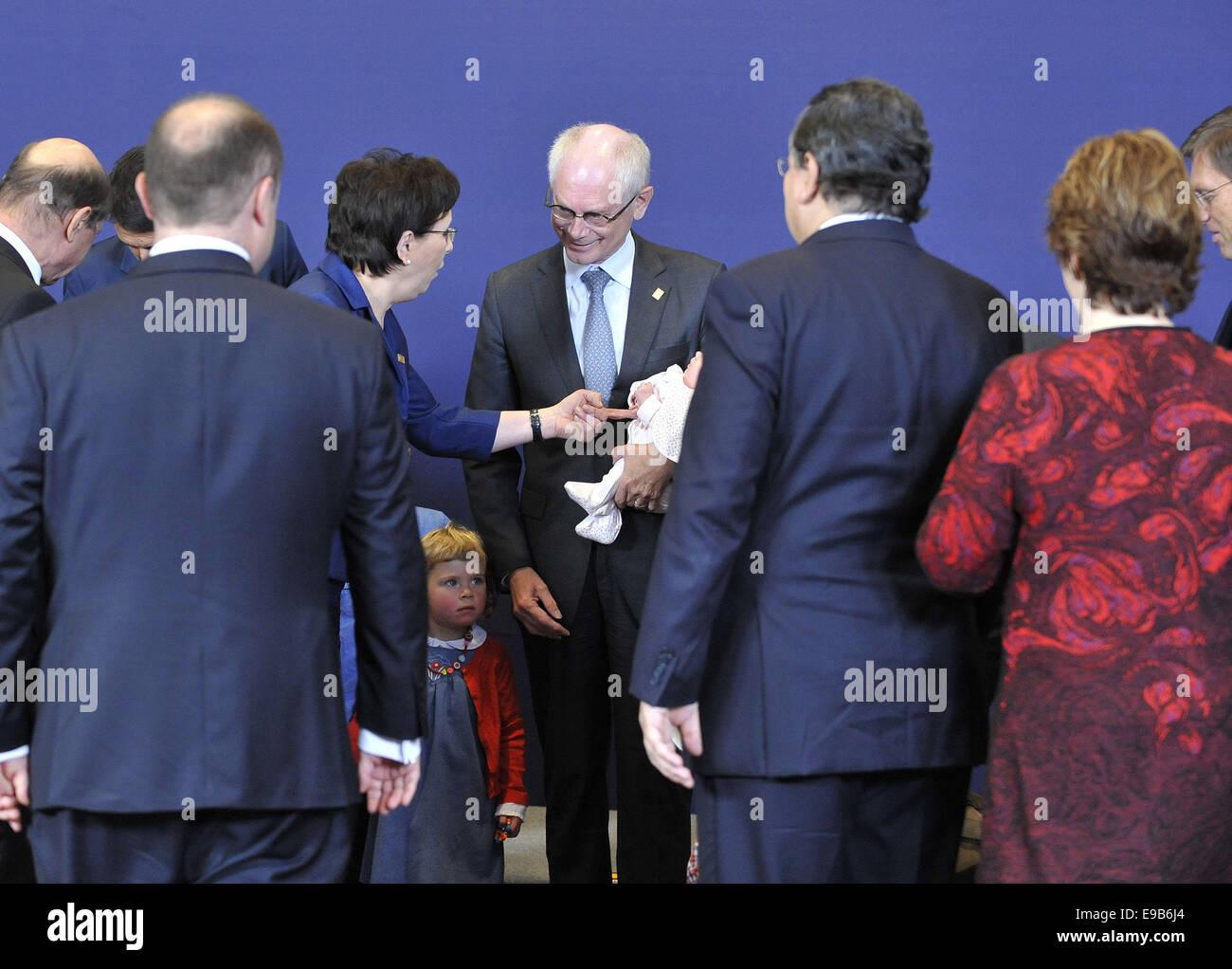 Bruxelles. 23 ott 2014. Presidente del Consiglio europeo Herman Van Rompuy (C) è accompagnato dal suo grand Immagini Stock