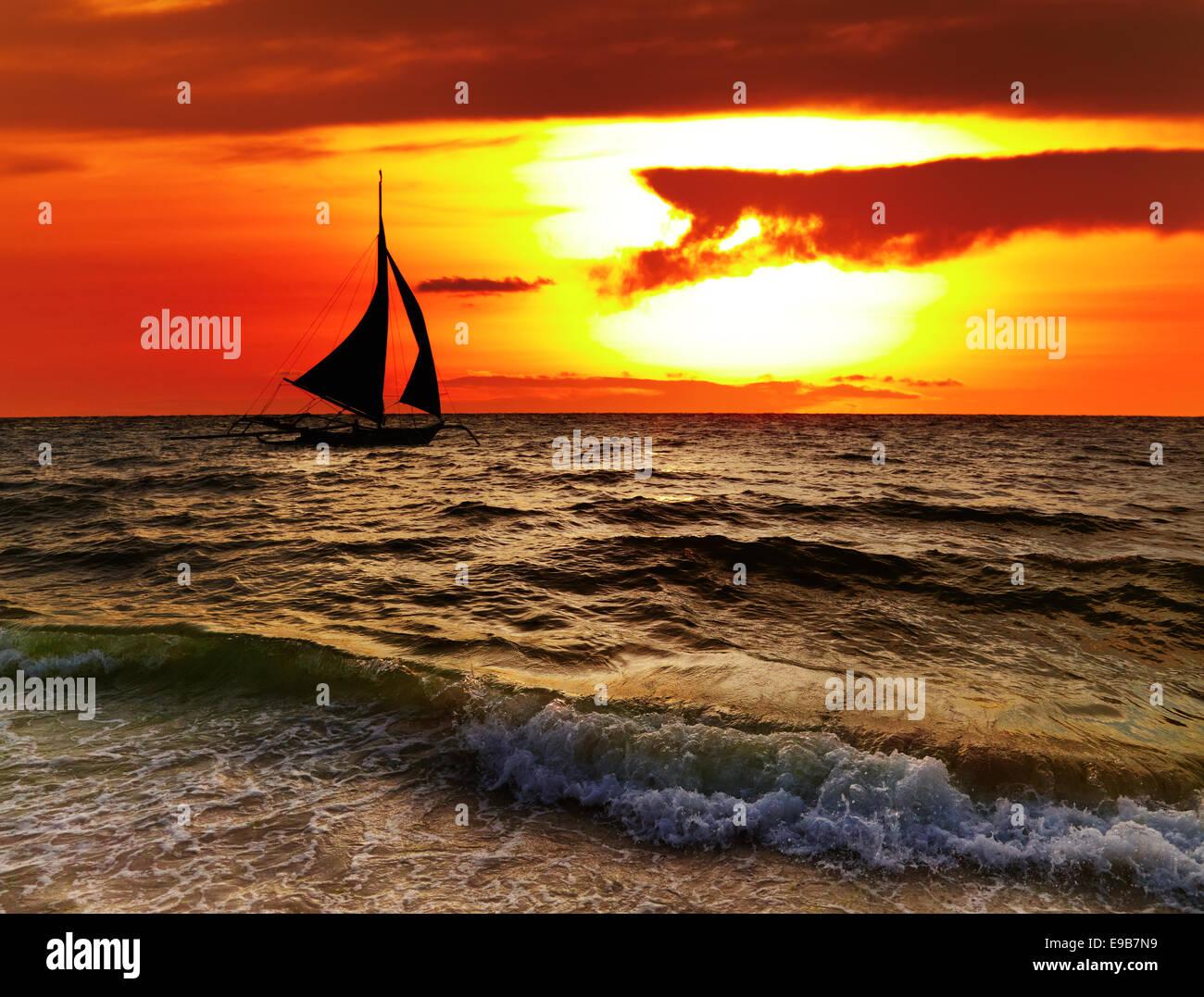 Tramonto tropicale con barca a vela, Boracay, Filippine Immagini Stock