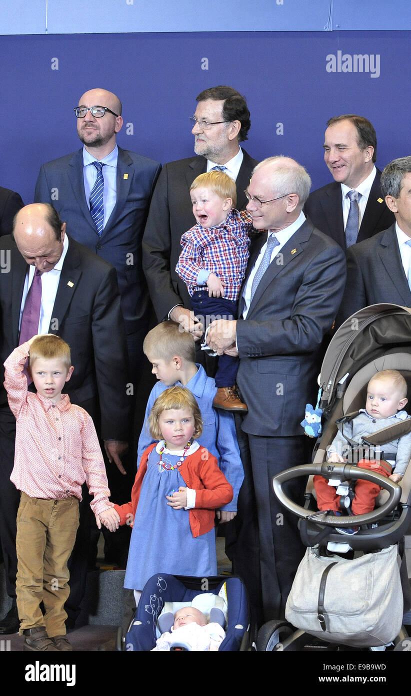 Bruxelles. 23 ott 2014. Presidente del Consiglio europeo Herman Van Rompuy (C) mantiene il suo grand figli partecipare Immagini Stock