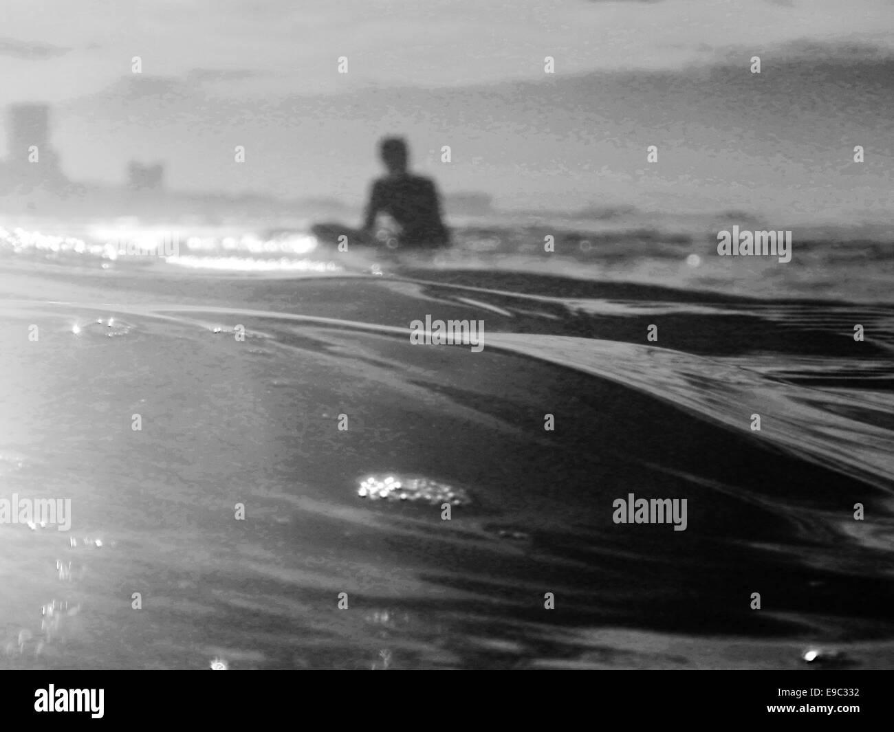 Surfer in attesa di onda in ocean BW Immagini Stock