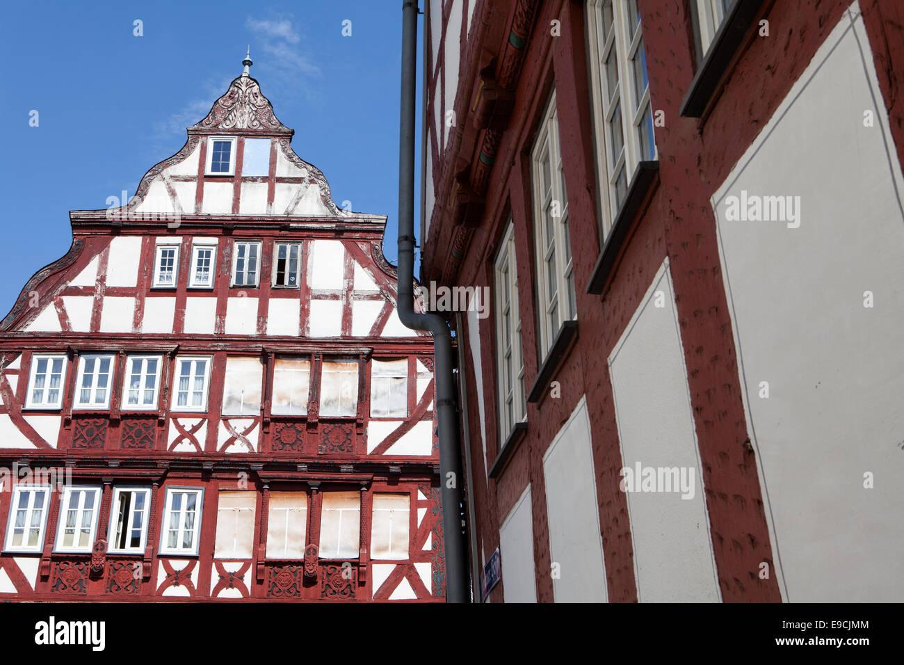 Restaurata e non ancora case restaurate, Kornmarkt mercato del grano, la storica città vecchia di Herborn, Immagini Stock