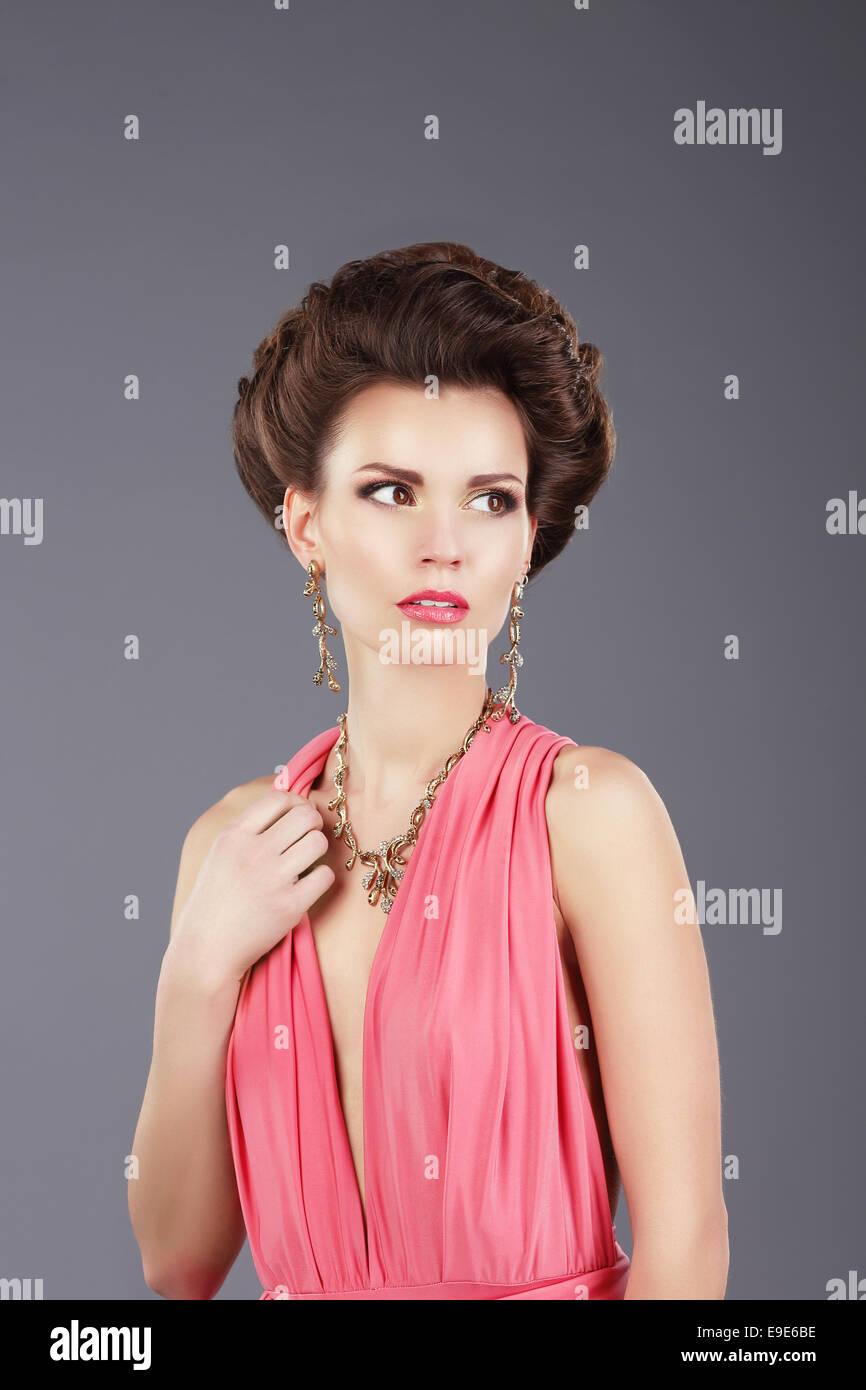 Elegante signora in Rosa Abito con ornamenti Immagini Stock
