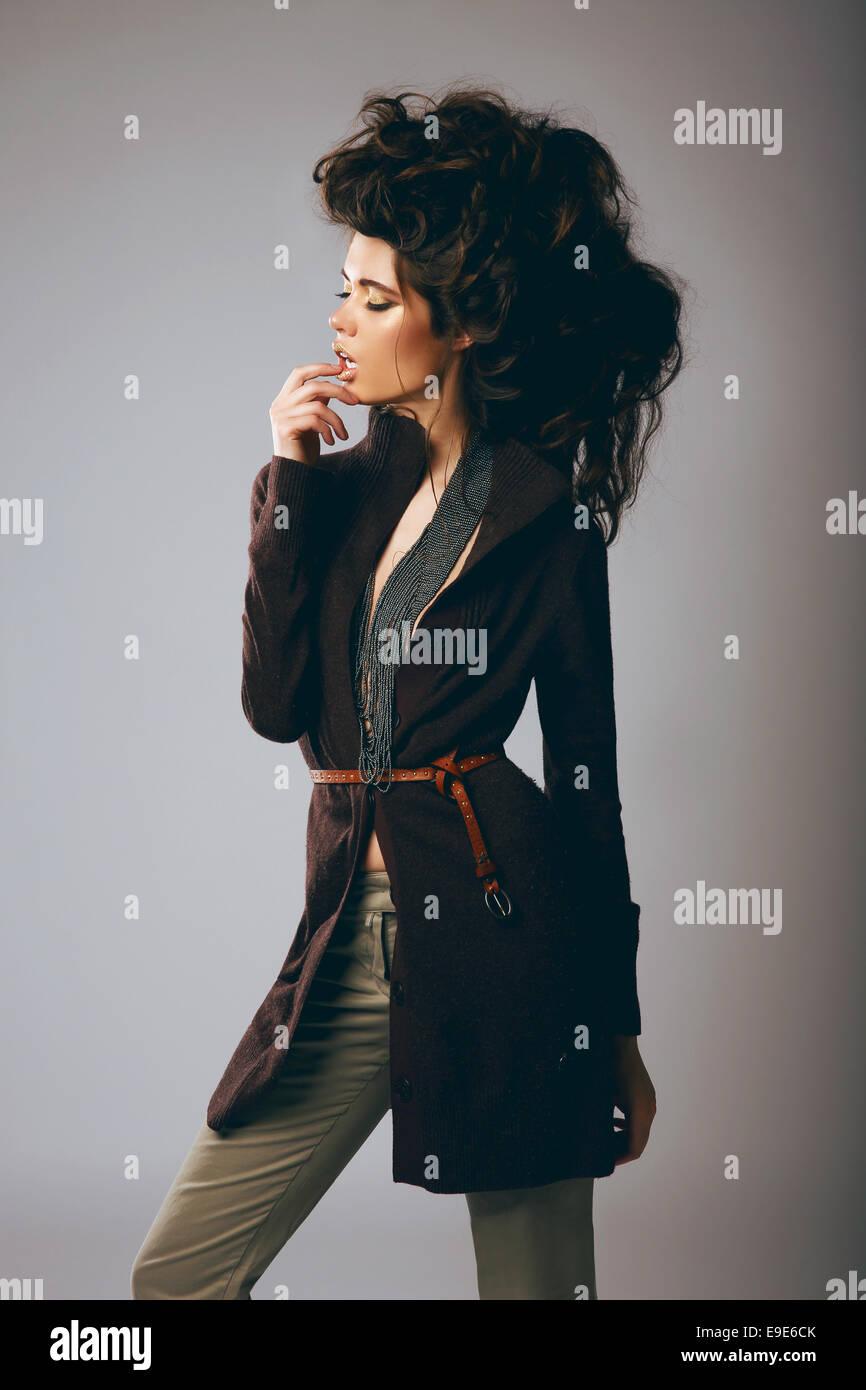 Vogue stile. Moda elegante modello in Elegante giacca marrone e pantaloni Immagini Stock
