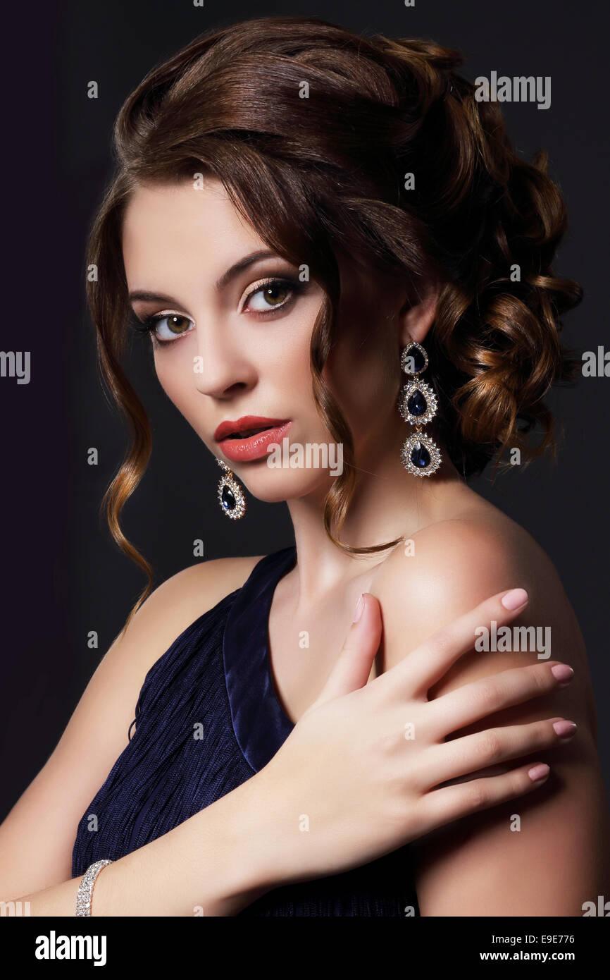 Lussuoso ricca signora con Eleganti orecchini Immagini Stock