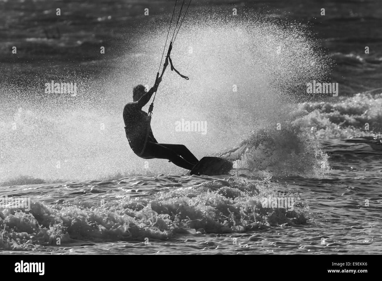 Kite surfer a Bournemouth Beach vicino al molo di Bournemouth, Inghilterra Immagini Stock