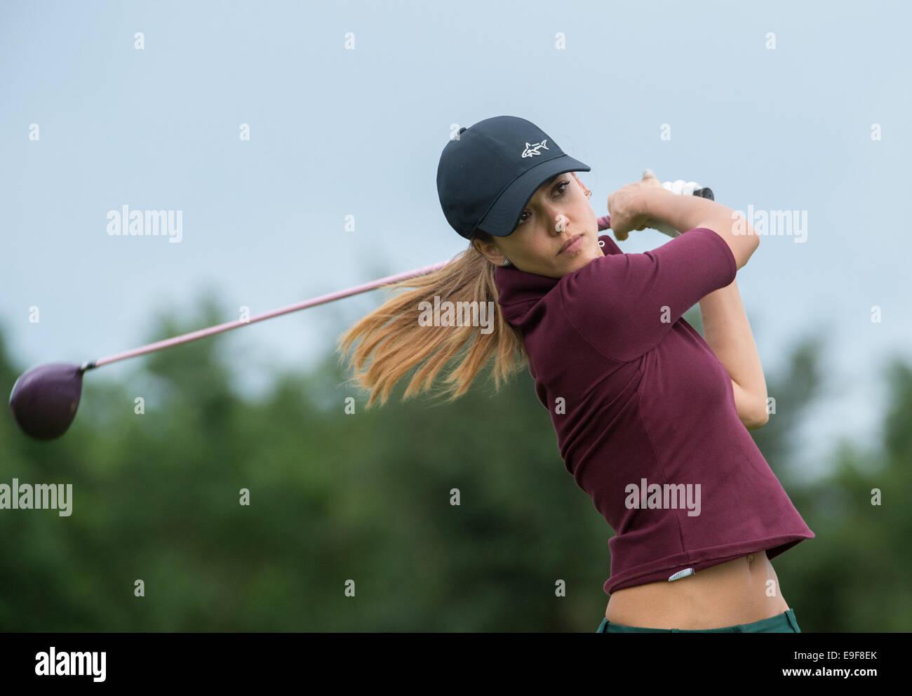 Haikou, Cina. 26 ott 2014. La stella di Hollywood Jessica Alba mette su una buona partita di golf con il suo allenatore Immagini Stock