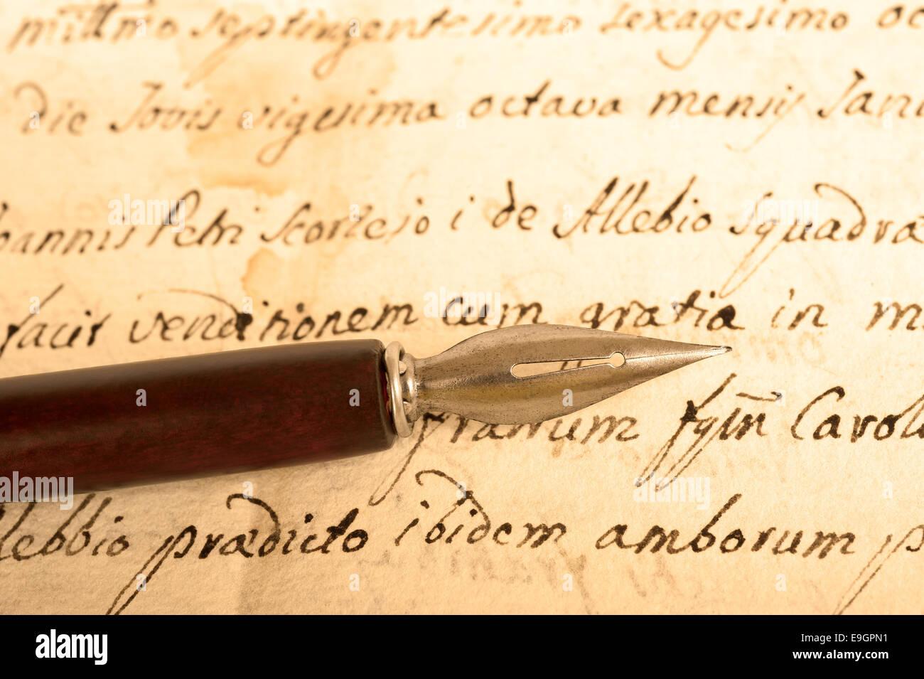 Vecchio inchiostro penna dip sulla vecchia grafia Immagini Stock
