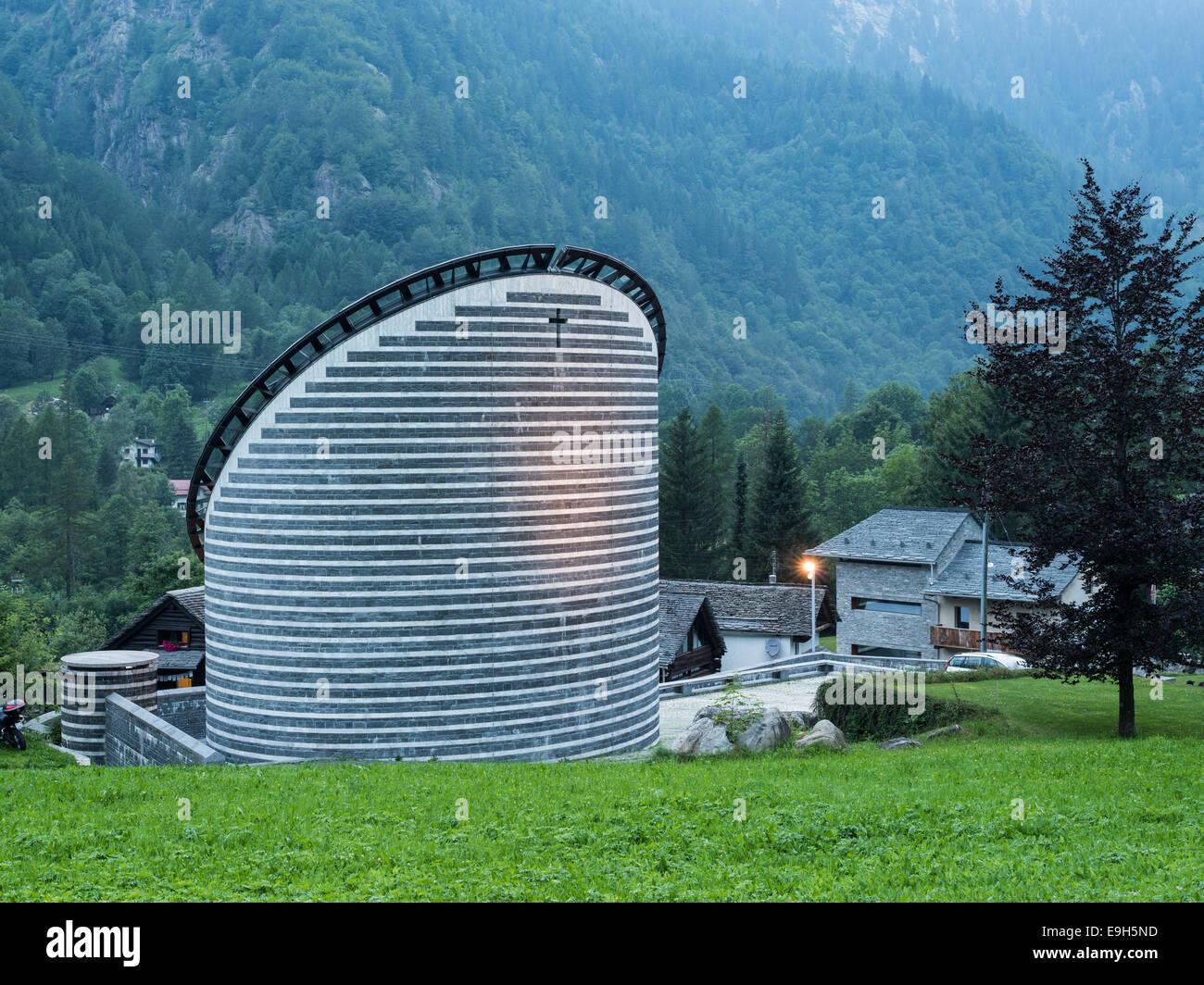 Chiesa Parrocchiale di San Giovanni Battista, architettura moderna da Mario Botta, Mogno, Lavizzara del Canton Ticino, Svizzera Foto Stock