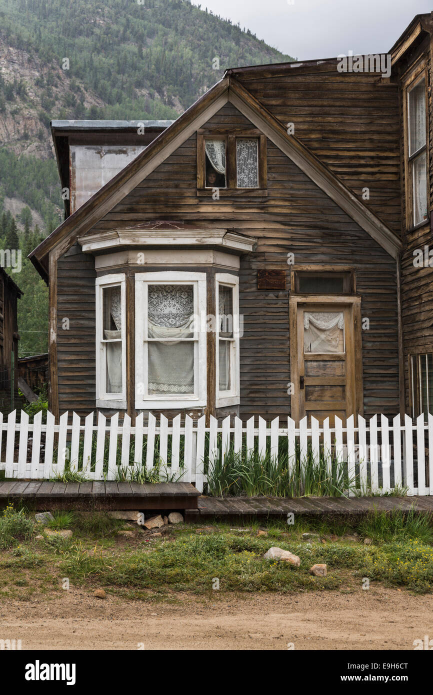 Vecchio Haunted House nella città fantasma di St Elmo, Colorado, Stati Uniti d'America - con il manichino Immagini Stock