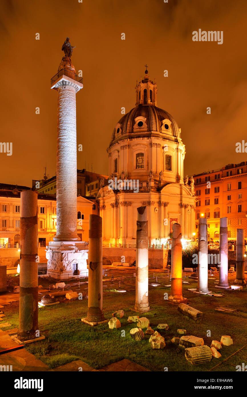 Chiesa di Santa Maria di Loreto e la Colonna di Traiano, in serata, Roma, lazio, Italy Immagini Stock
