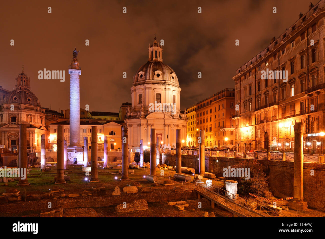 Chiesa di Santa Maria di Loreto e di Traiano's colonna, in serata, Roma, lazio, Italy Immagini Stock