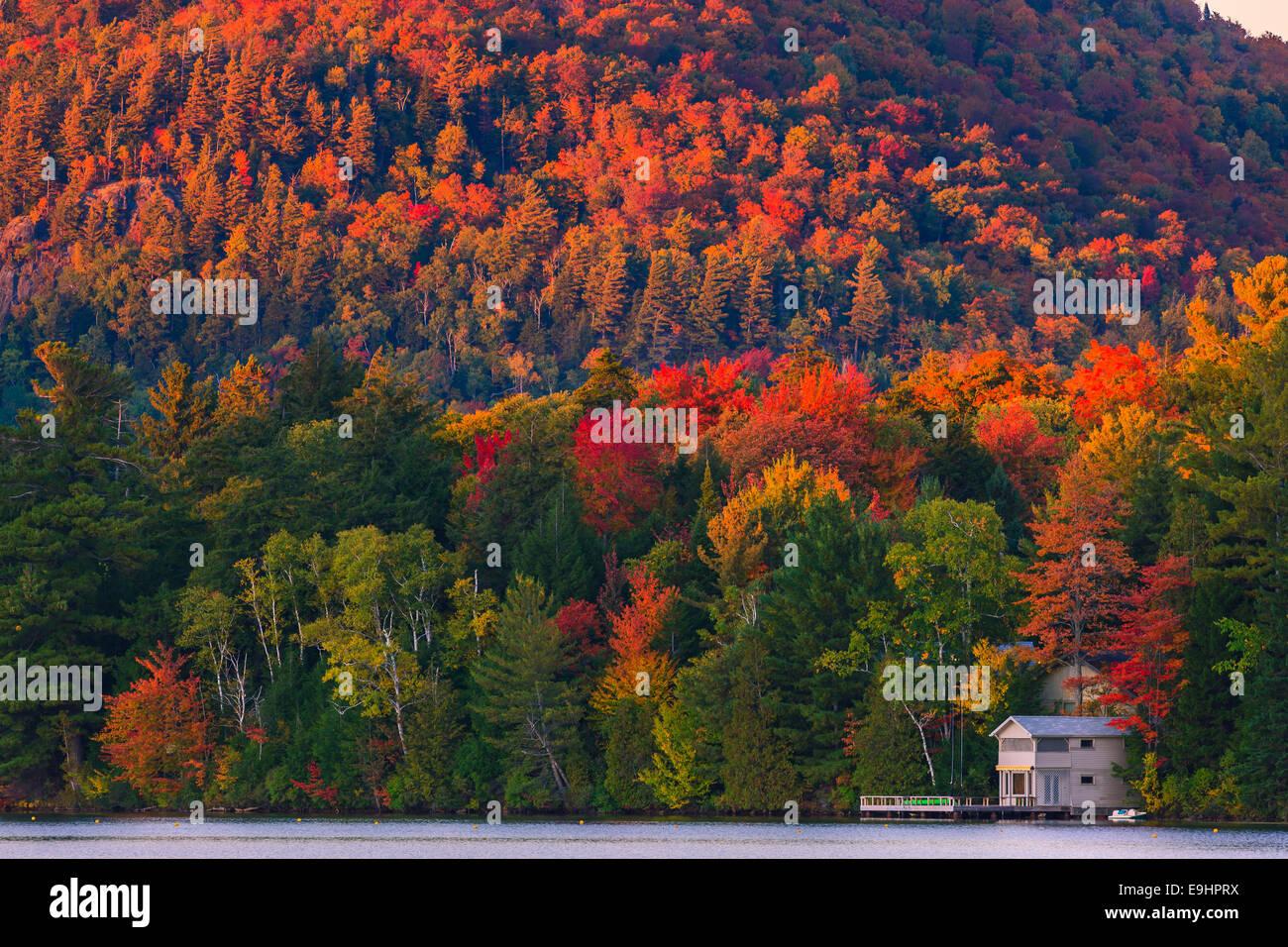 I colori autunnali a Mirror Lake in Lake Placid in Adirondacks parco dello stato nella parte settentrionale dello Immagini Stock