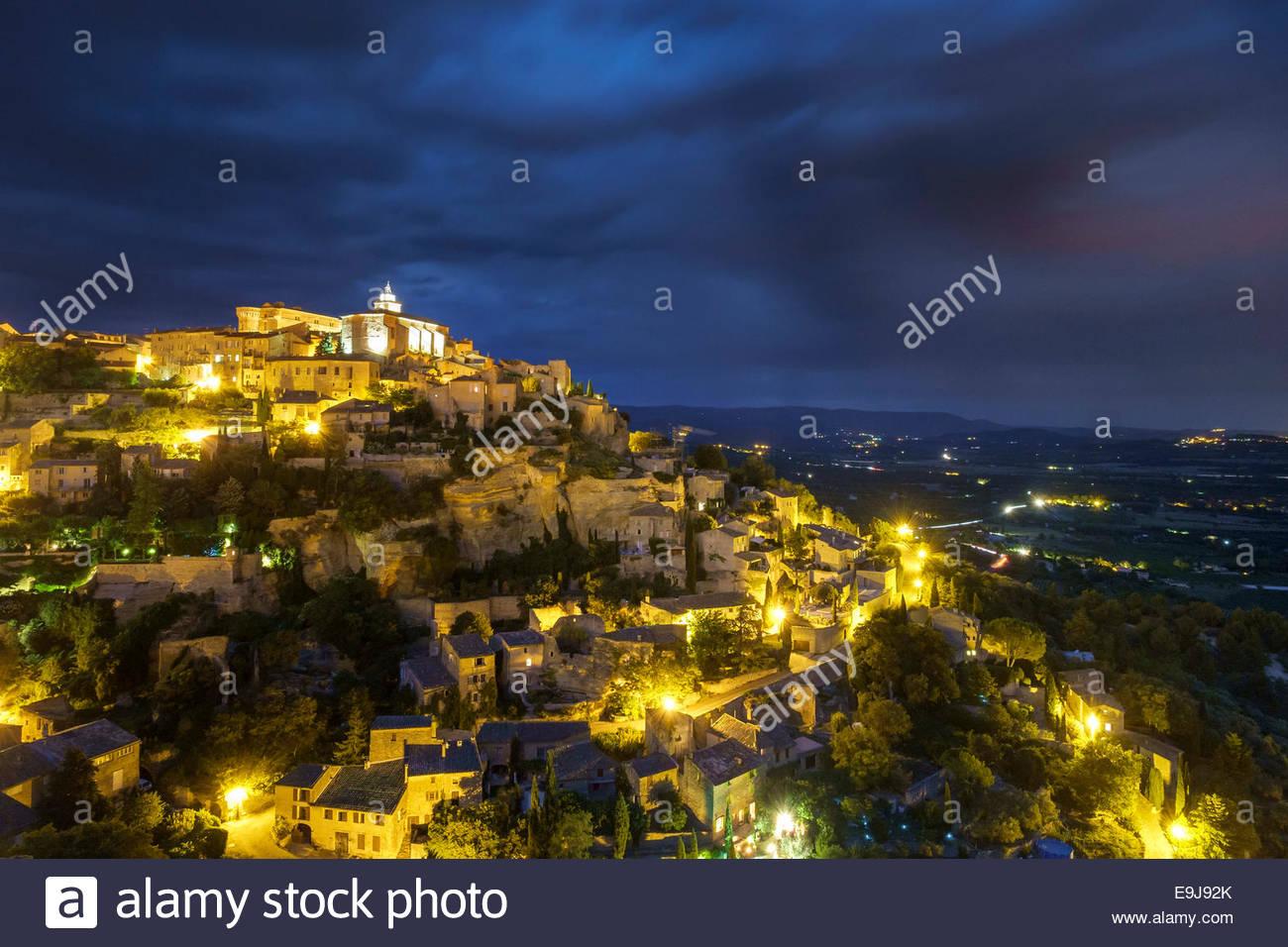 Cittadina collinare di Gordes di notte, Vaucluse, Provence-Alpes-Côte d'Azur, in Francia Immagini Stock