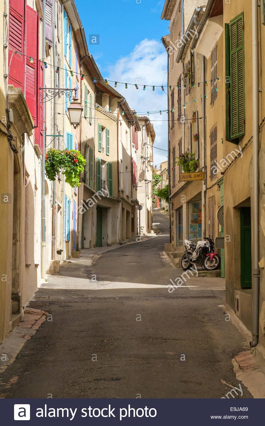 Strada vuota nella piccola cittadina di Valensole, Alpes-de-Haute-Provence, Provence-Alpes-Côte-d'Azur, Immagini Stock