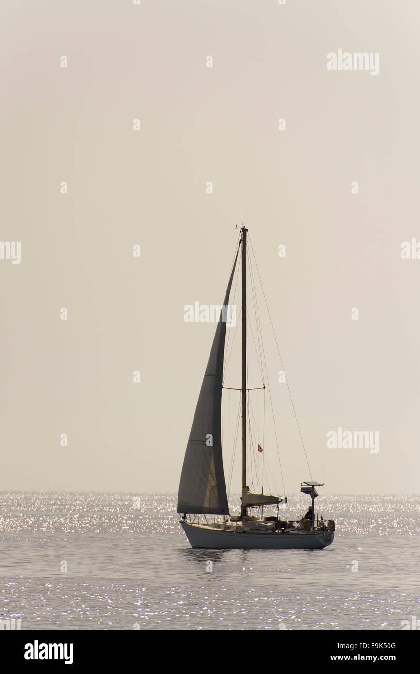 Nave a vela in mare su ancora una giornata di mare calmo. Immagini Stock
