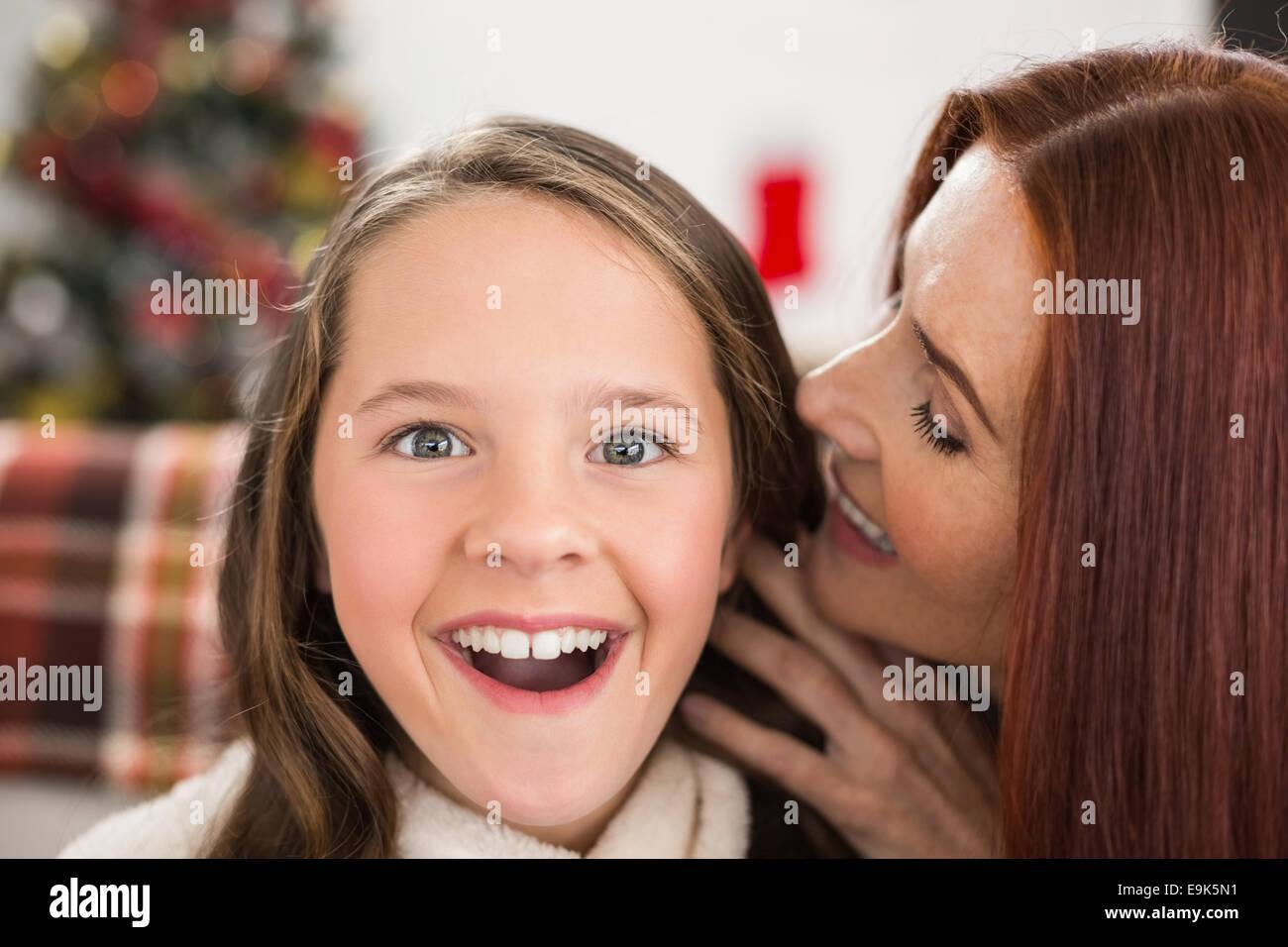 La madre racconta la sua figlia un segreto di natale Immagini Stock