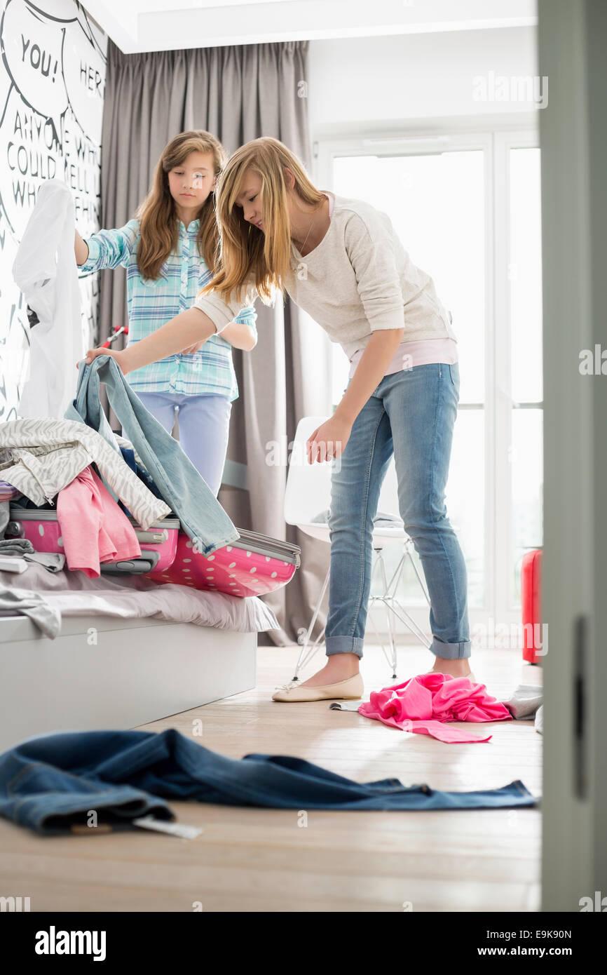 Sorelle la pulizia camera da letto Immagini Stock