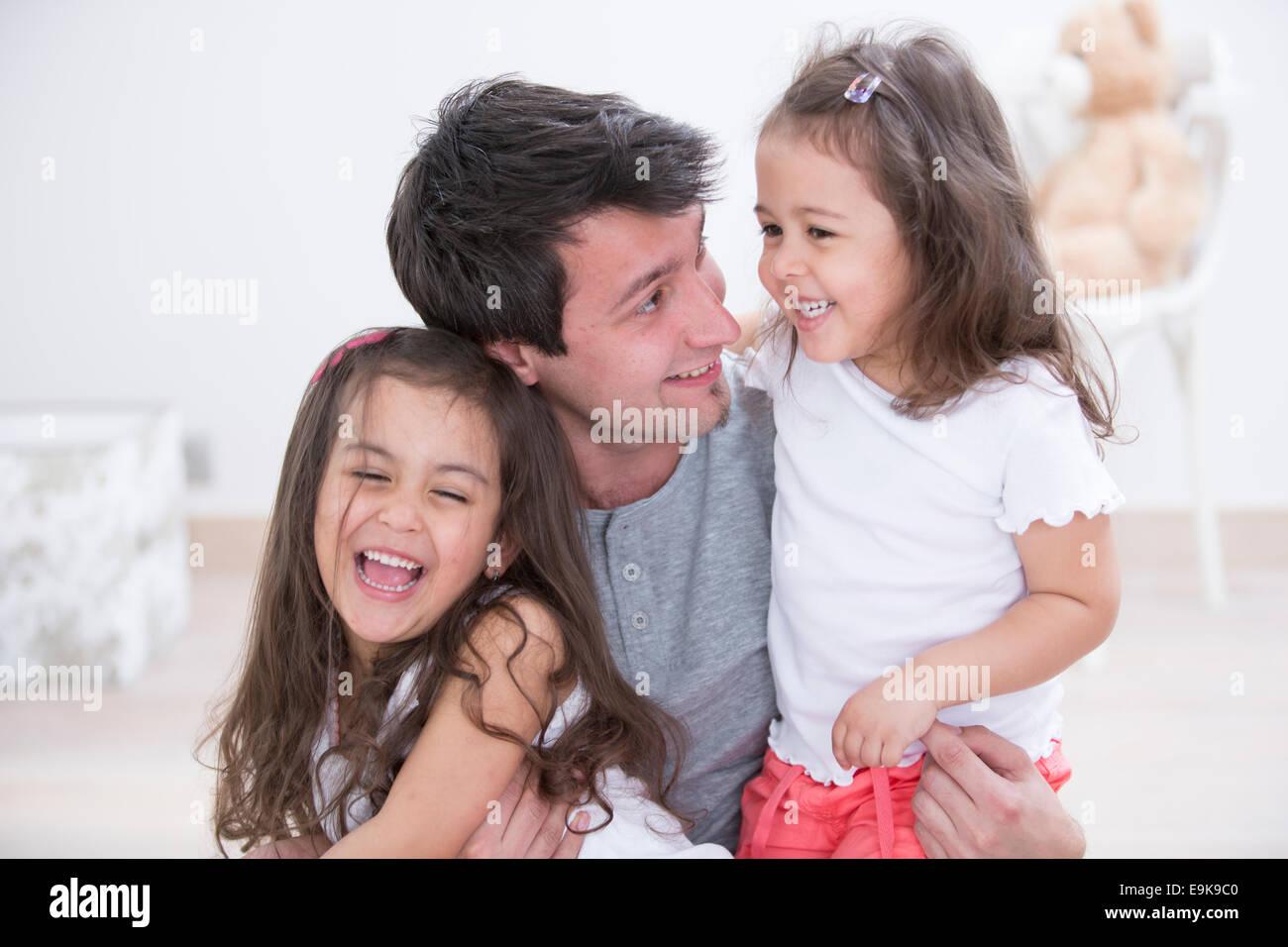 Padre Felice con le figlie trascorrere del tempo di qualità insieme a casa Immagini Stock