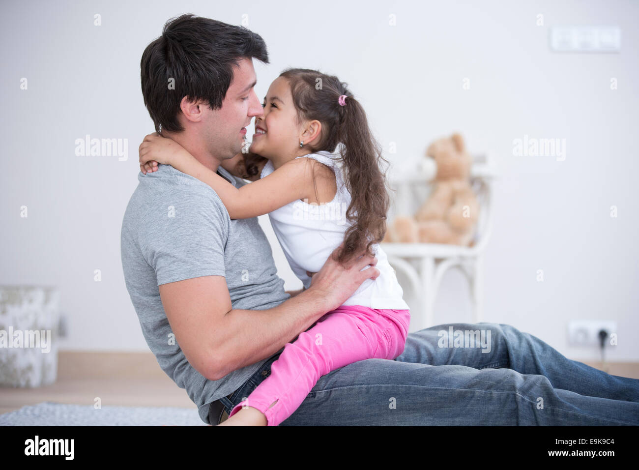 Vista laterale del padre e figlia trascorrere del tempo di qualità a casa Immagini Stock