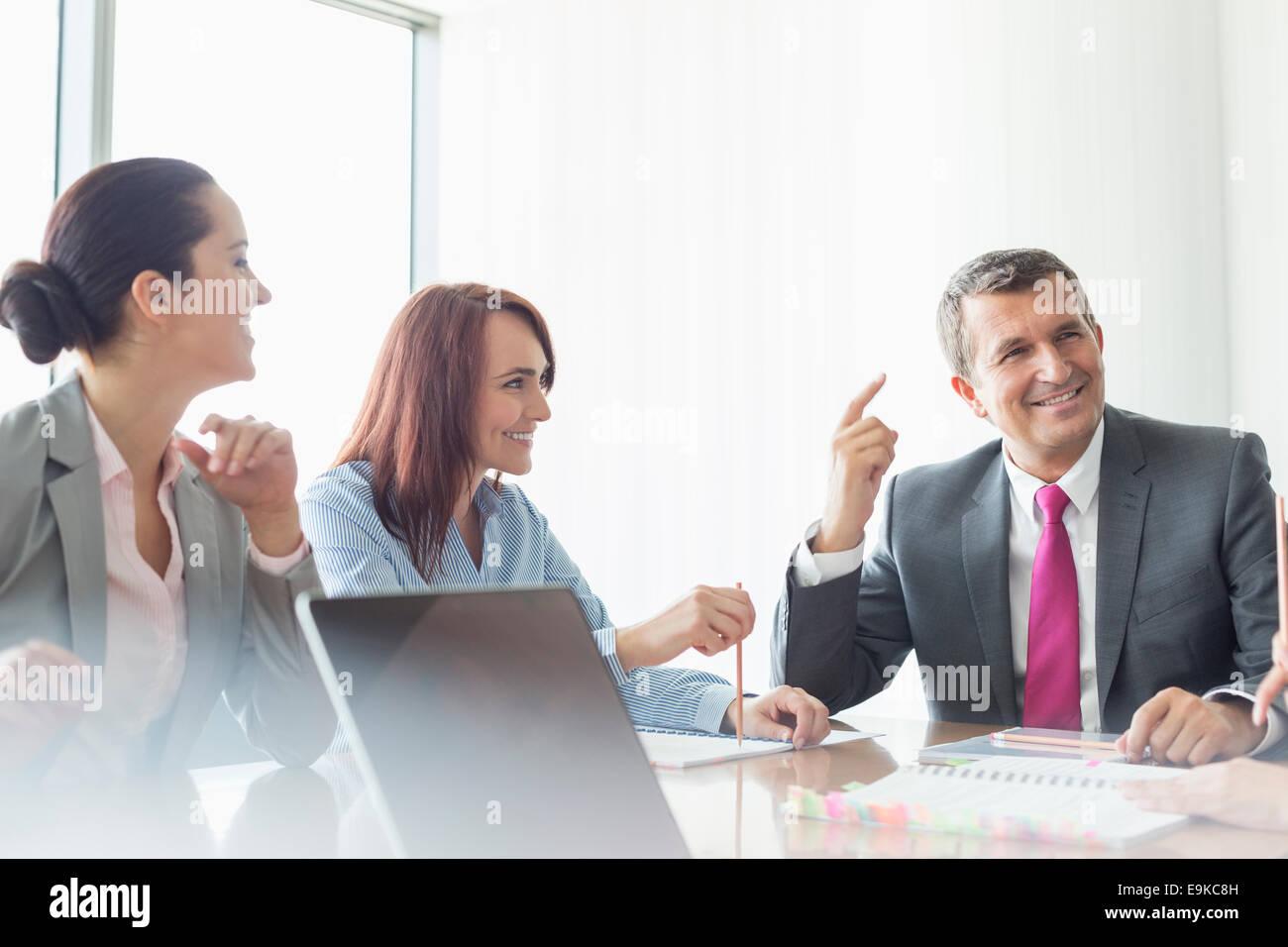 Incontro di lavoro nella sala riunioni Immagini Stock