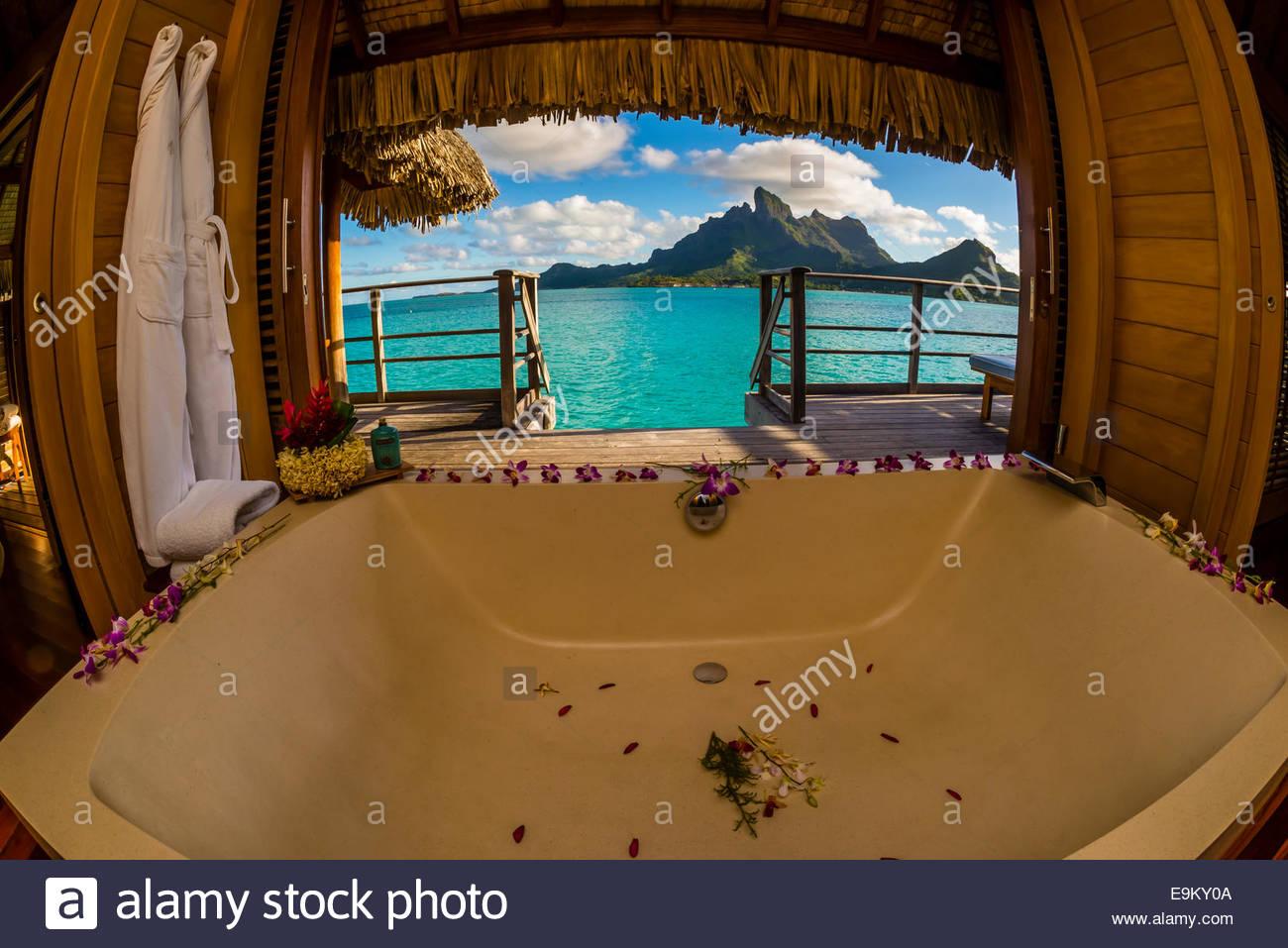 Vasca Da Bagno I Francese : Vista da una vasca da bagno in un bungalow overwater mt otemanu