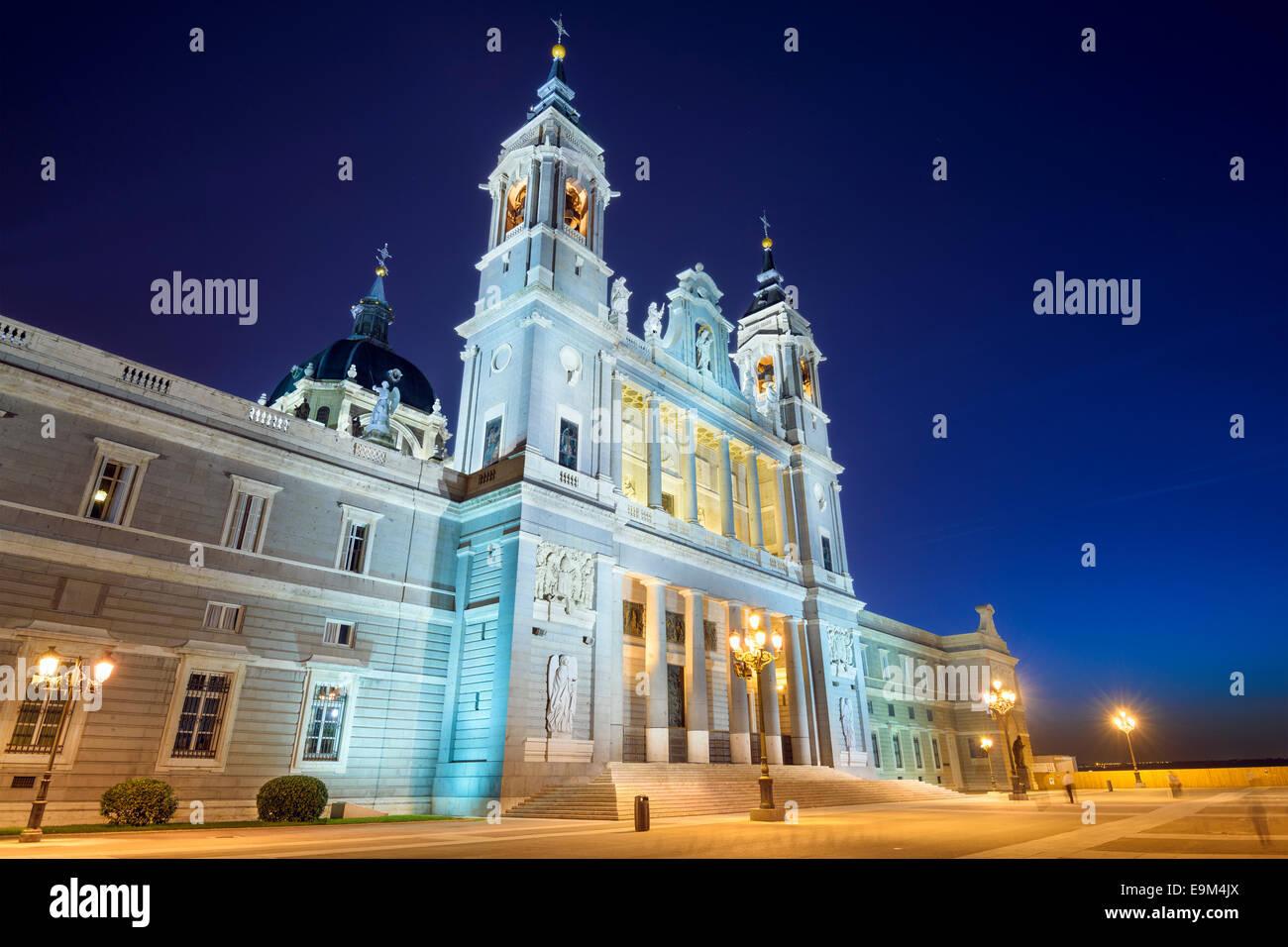 Madrid, Spagna presso la cattedrale di Almudena di notte. Immagini Stock