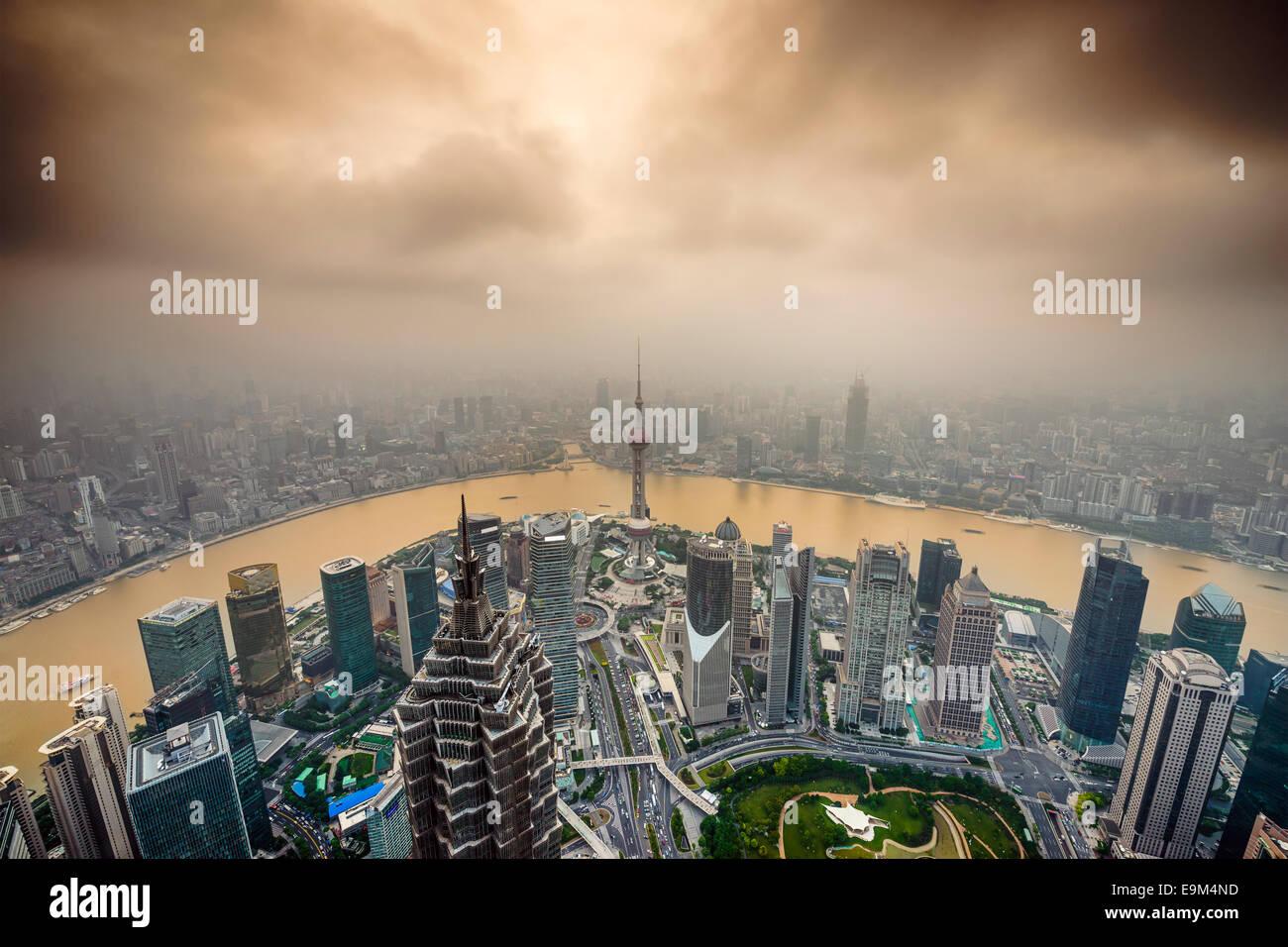 Shanghai, Cina vista dello skyline della citta' oltre il Distretto Finanziario di Pudong. Foto Stock