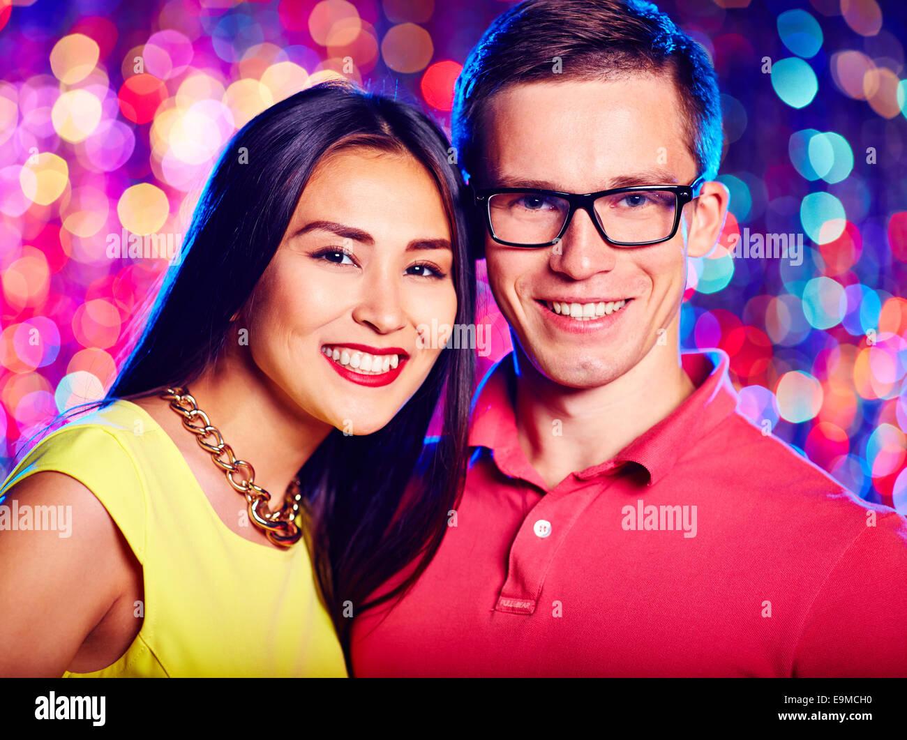 Felice date con sorriso toothy guardando la fotocamera Immagini Stock