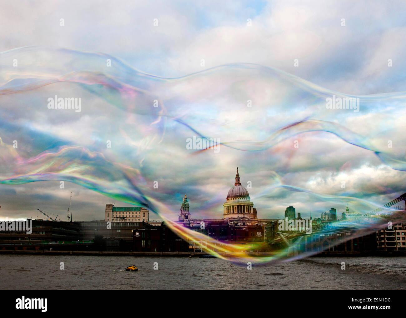 Una vista astratta della Cattedrale di San Paolo a Londra in una bolla di sapone Immagini Stock