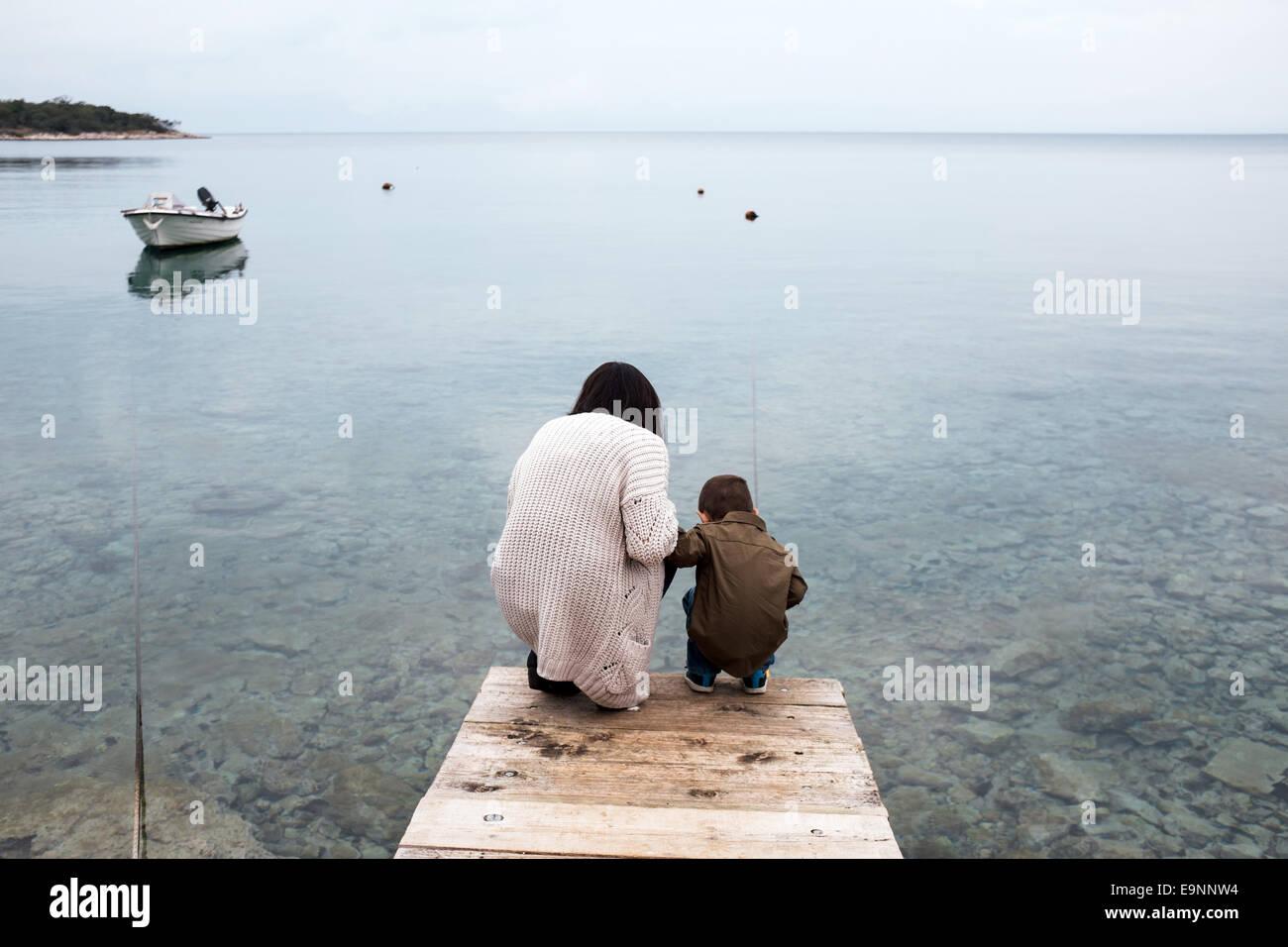 Madre e figlio cercando un pesce Immagini Stock